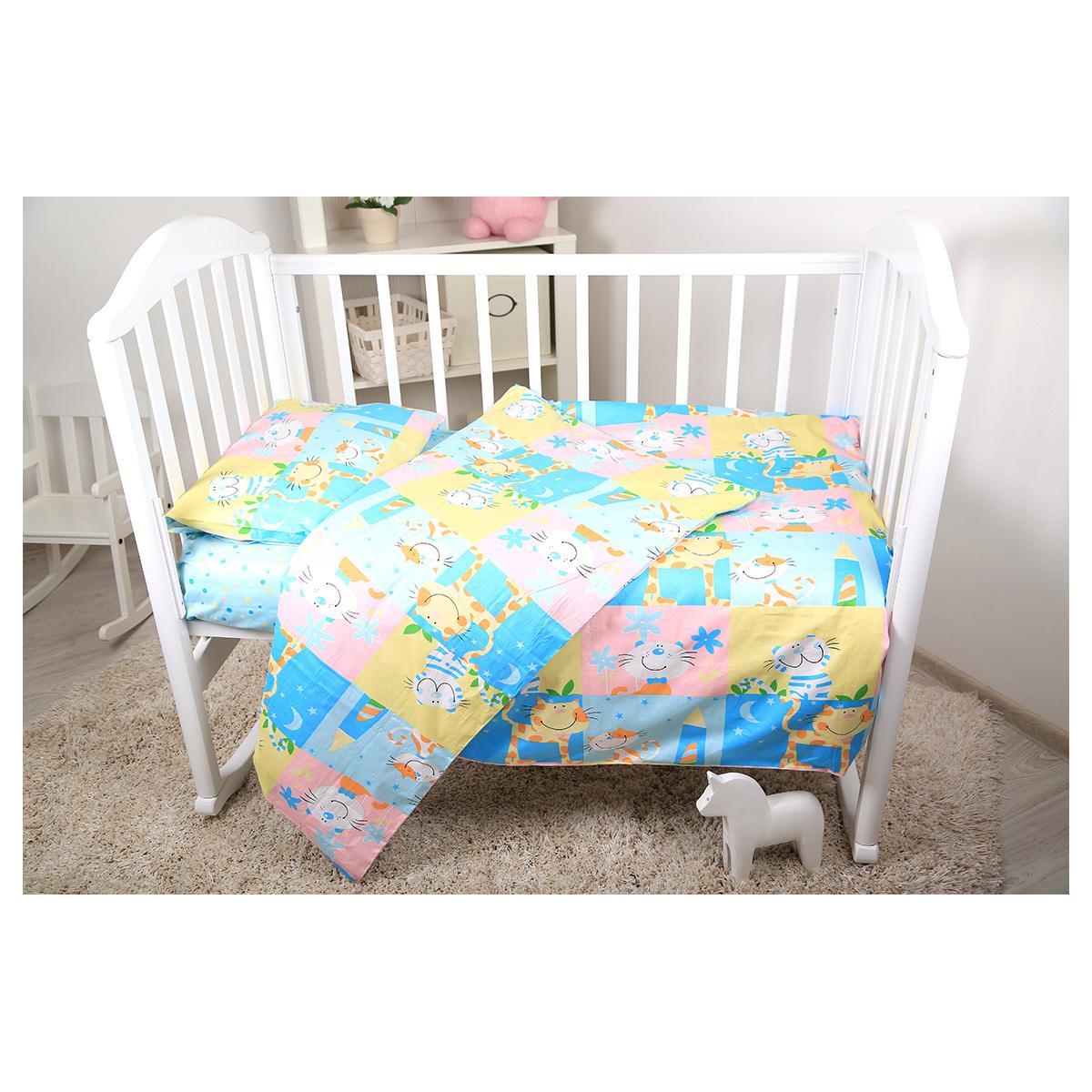Baby Nice Комплект белья для новорожденных Веселые котята цвет голубойВ 40010Нежный сатин делает детское постельное белье мягкими и шелковистыми. Красивое детское постельное белье помогает детям заснуть: они с удовольствием ложатся в кроватку и просыпаются в хорошем настроении. Этому способствуют и замечательные характеристики сатина: гипоаллергенность, отличный влаго- и теплообмен. наволочка 40х60, пододеяльник 112х147,простынь на резинке для матраса 60х120.