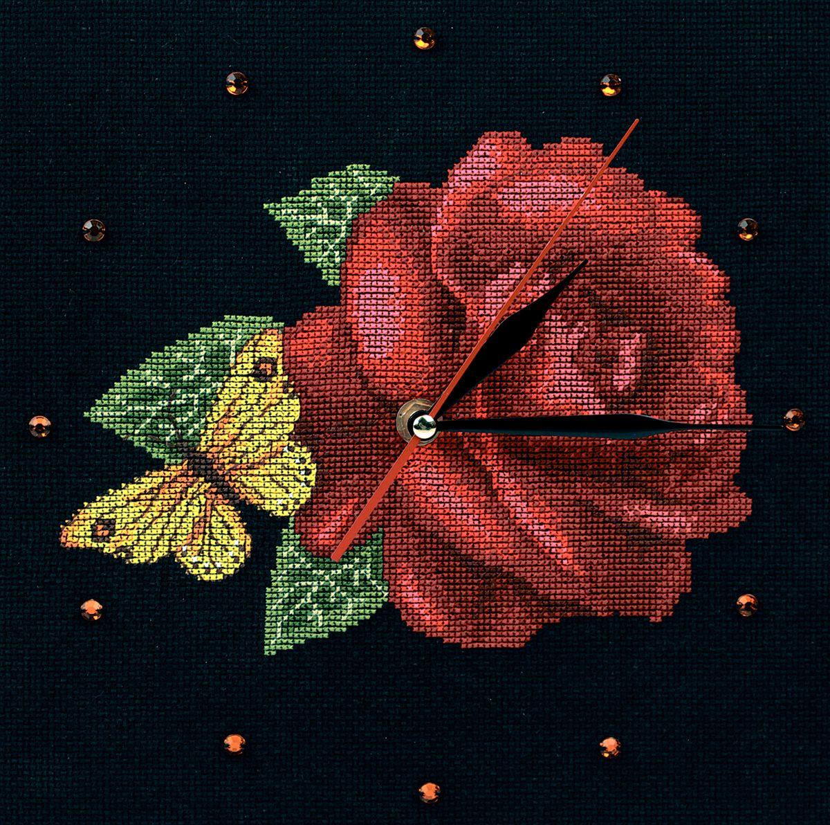 Набор для вышивания RTO Время для роз, 25 см х 25 см. M40008M40008Мулине на карте, разобранное по цветам, канва, символьная схема, игла, инструкция, часовой механизм со стрелками