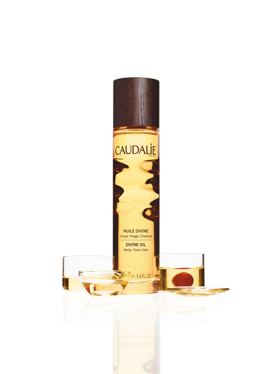 Caudalie Divine Божественное масло, 100 мл108Сухое масло Caudalie эффективно увлажняет, питает и совершенствует кожу, благодаря уникальному сочетанию исключительных масел (виноград, гибискус, кунжут, аргана) и наших запатентованных антиоксидантных полифенолов. Этот эликсир великолепия благоухает теплыми, чувственными ароматами, сочетающими цветочные, солнечные и древесные ноты.