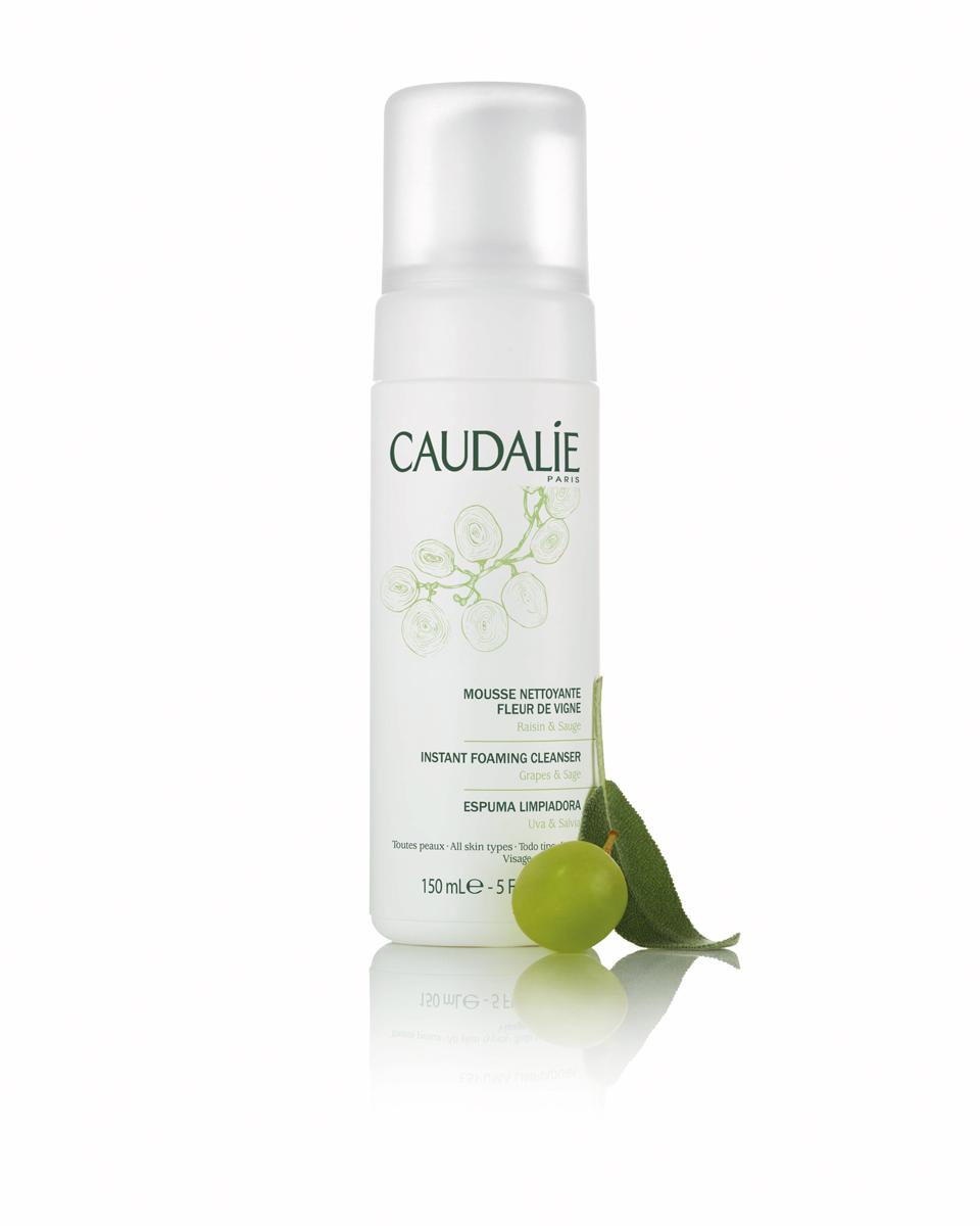 Caudalie Очищающий мусс Fleur De Vigne Cleanser & Toners, 150 мл140Прозрачный лосьон Caudalie превращается в легкий мусс, чтобы подарить вам удовольствие от умывания. Мусс не содержит мыла, состоит из очищающей нежной основы натурального происхождения, не нарушает естественный баланс кожи и дарит ей чувство комфорта. Мягко очищенная от загрязнений, кожа становится свежей, нежной и ухоженной. Формула мусса на 98,7% состоит из ингредиентов натурального происхождения. Основные компоненты: экстракт красного винограда, экстракт шалфея, растительный глицерин.