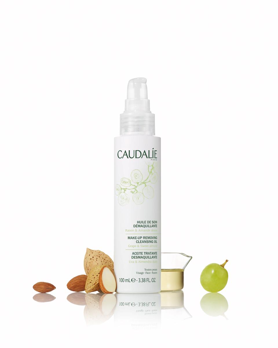 Caudalie Масло для снятия макияжа Cleanser & Toners, 100 мл171Для всех типов кожи – сухой чувствительной комбинированной. Не сушит кожу и не дает эффекта жирной пленки. Эффективен в отношении любого вида макияжа.Это композиция растительных масел для удаления любого типа макияжа с кожи лица и области глаз, включая водостойкий. Глубоко очищает и восстанавливает кожу. Без эффекта жирной пленки.