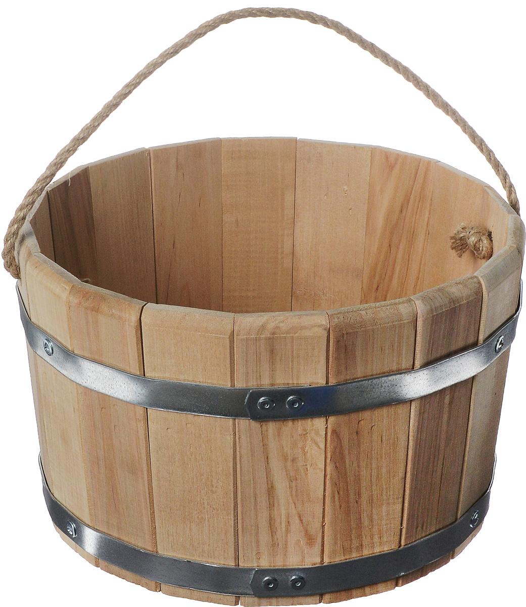 Ведро для бани и сауны Proffi Sauna, 10 лPS0012_ручка веревочнаяВедро Proffi Sauna выполнено из натуральной березы с двумя металлическими обручами и оснащено ручкой из джута. Такое ведро является просто незаменимым банным атрибутом. Эксплуатация бондарных изделий. Перед первым использованием бондарное изделие рекомендуется подготовить. Для этого нужно наполнить изделие холодной водой и оставить наполненным на 2-3 часа. Затем необходимо воду слить, обдать изделие сначала горячей, потом холодной водой. Не рекомендуется оставлять бондарные изделия около нагревательных приборов, а также под длительным воздействием прямых солнечных лучей. С момента начала использования бондарного изделия не рекомендуется оставлять его без воды на срок более 1 недели. Но и продолжительное время хранить в таких изделиях воду тоже не следует. После каждого использования необходимо вымыть и ошпарить изделие кипятком. В качестве моющих средств желательно использовать пищевую соду либо раствор горчичного порошка. Правильное обращение с...