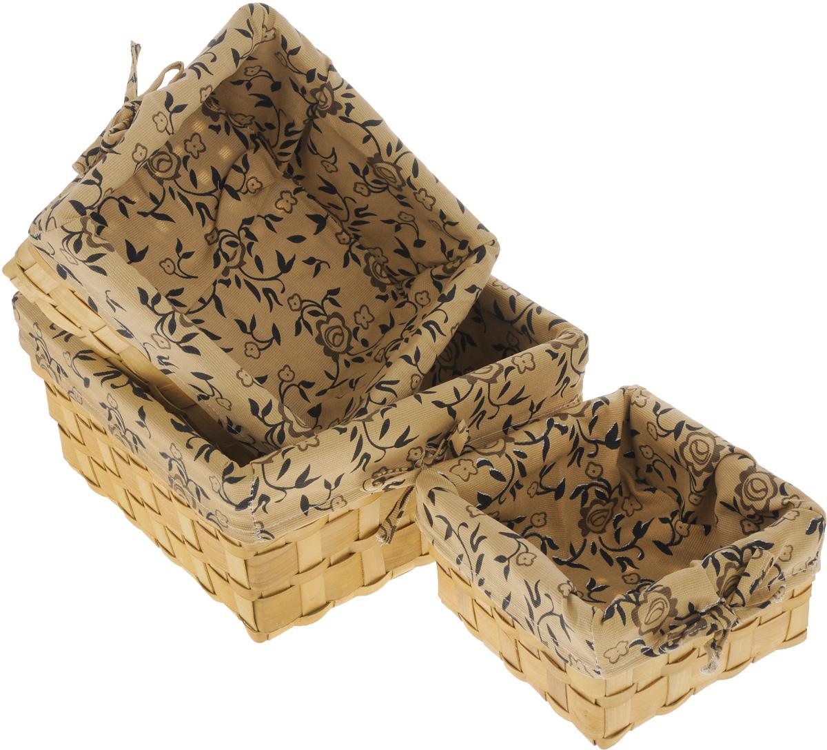 Набор плетеных корзинок Miolla, цвет: бежевый, коричневый, 3 шт. QL400449QL400449_бежевый, коричневыйНабор Miolla состоит из трех квадратных плетеных корзинок разного размера. Изделия выполнены из плетеной древесины и обтянуты тканью с оригинальным растительным узором. Такие корзинки прекрасно подойдут для хранения хлеба и других хлебобулочных изделий, печенья, а также бытовых принадлежностей и различных мелочей. Стильный дизайн корзинок сделает их украшением интерьера помещения. Подойдут для кухни, спальни, прихожей, ванной. Размер малой корзины: 21 х 21 х 11,5 см. Размер средней корзины: 25 х 25 х 14 см. Размер большой корзины: 30 х 30 х 16 см.
