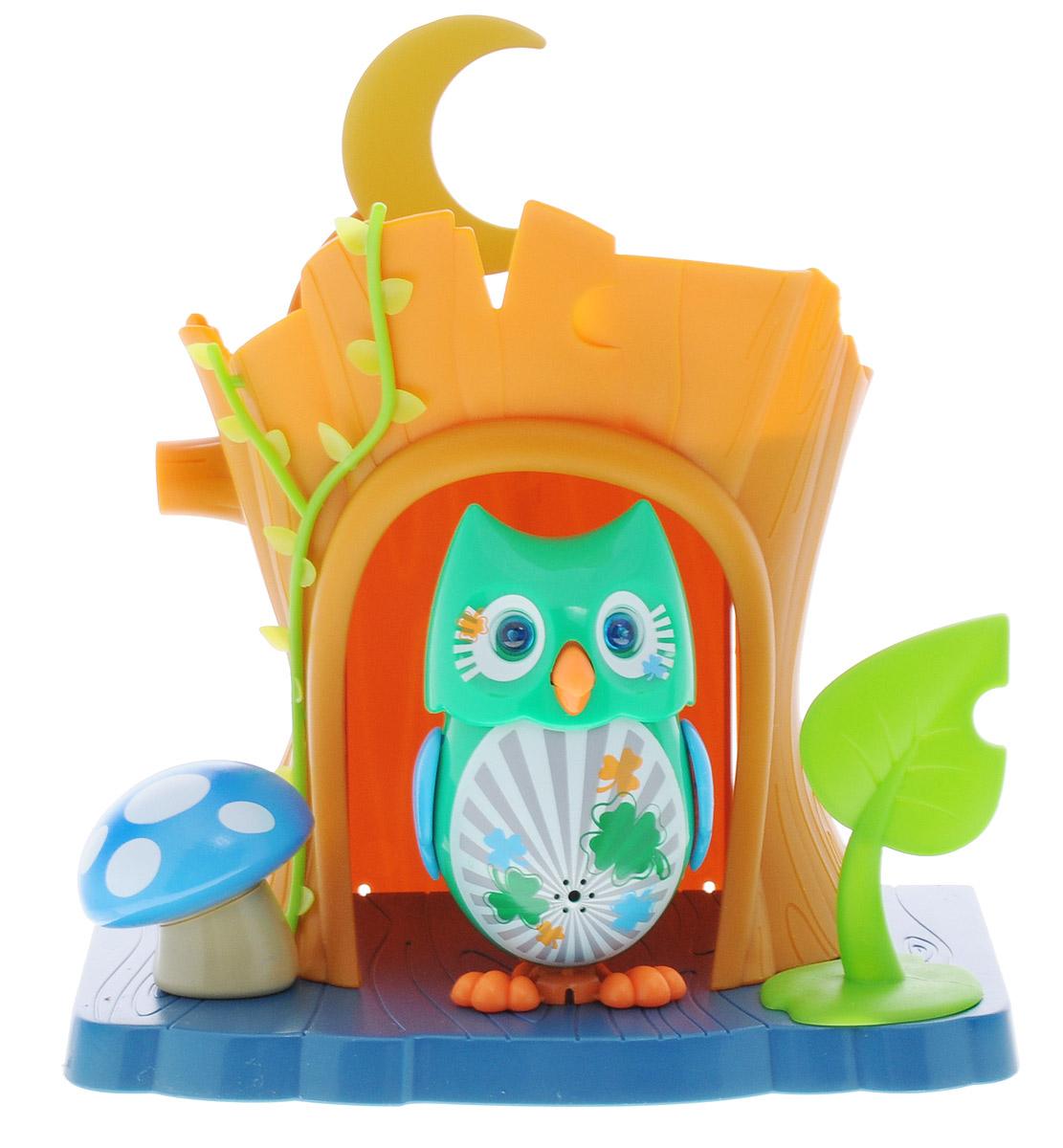 DigiFriends Интерактивная игрушка Сова с домиком цвет зеленый88359_зеленыйИнтерактивная игрушка DigiFriends Сова с домиком подарит ребенку множество незабываемых игр. Птичка умеет петь как соло, так и в хоре - вместе с другими птичками. Уютный домик для совы имеет главный вход и заднюю дверь. К крыше домика приделан месяц, который поднимается, и тогда наступает ночь. Рядом с домиком расположен желудь и листик. Если поднять листик, то под ним можно обнаружить забавную букашку. Чтобы активировать режим проигрывания мелодий и птичьего щебета, достаточно посвистеть в свисток, имеющийся в комплекте. Кольцо-свисток может быть использовано в качестве насеста-переноски. Игрушка издает 55 вариантов мелодий и звуков. Голова птички двигается в такт мелодии, а клюв - открывается. Глаза совы светятся. Игрушка может спеть вместе со всеми персонажами DigiFriends в режиме хор. Птичка, которую активировали первой, становится солистом. Управлять пением пернатой звезды или целым хором - исключительно увлекательное занятие, которое надолго привлечёт...