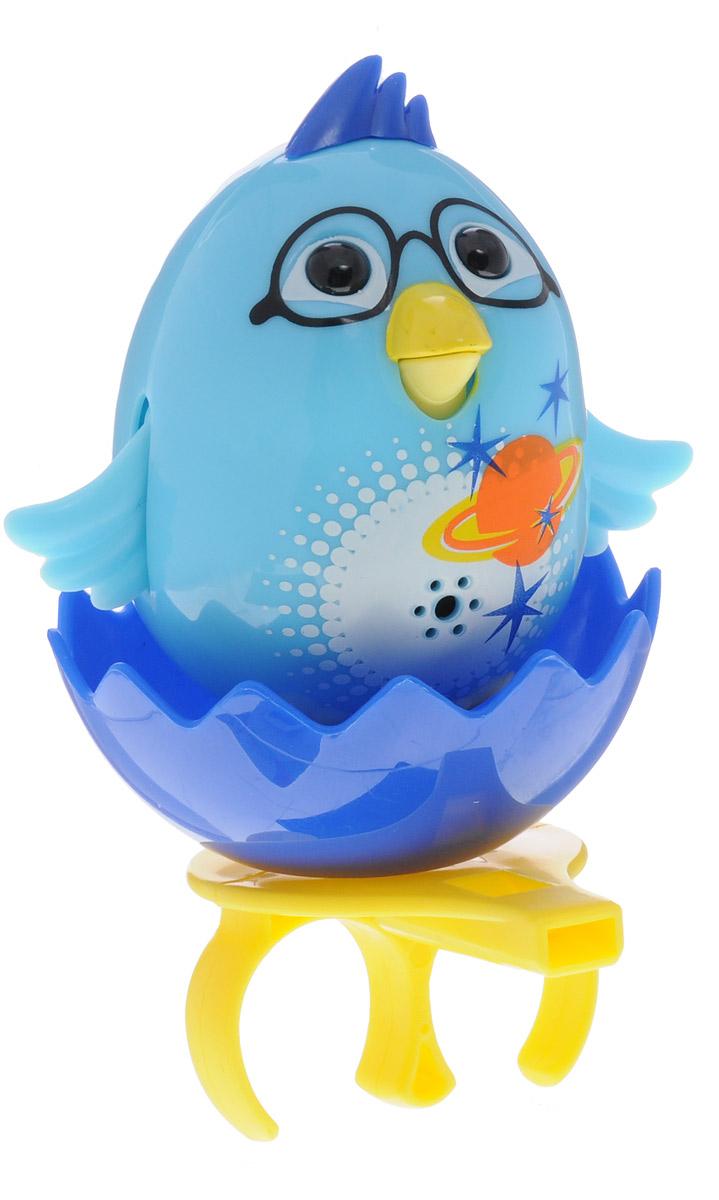 DigiBirds Интерактивная игрушка Цыпленок с кольцом цвет голубой88280_голубойУ вас есть шанс получить уникального домашнего питомца - поющую птичку. Не каждый может похвастаться этим. Интерактивная игрушка DigiBirds Цыпленок с кольцом - это умная интерактивная птичка, которая будет развлекать вас различными мелодиями, пением и ритмичными движениями. Для активизации птички необходимо подуть на нее. Чтобы активировать режим проигрывания мелодий достаточно посвистеть в свисток, который имеется в комплекте. Игрушка издает 55 вариантов мелодий и звуков. Кольцо-свисток может служить как переносной насест для птички. Ребенок может надеть кольцо на два пальца, закрепить там игрушку и свободно играть или даже бегать. Птичка DigiBirds устойчива на любой ровной поверхности. Игрушка может поворачивать голову и шевелить клювом в такт мелодии. Игрушка работает в двух режимах: соло и хор. Можно синхронизировать неограниченное количество птичек или других персонажей DigiFriends. Главным в хоре становится персонаж, которого включили первым. Необходимо...