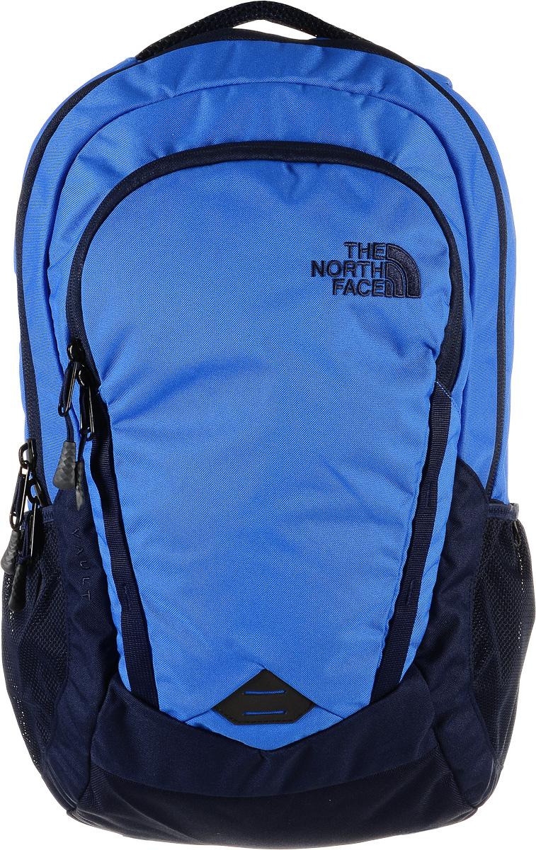 Рюкзак городской The North Face Vault, цвет: синий, темно-синий, 28 л. T0CHJ0BSRT0CHJ0BSRСтильный и практичный городской рюкзак The North Face Vault выполнен из полиэстера. Изделие имеет одно отделение, которое закрывается на застежку-молнию. Внутри находится мягкий карман для 15-дюймового ноутбука. Снаружи, на передней стенке расположен нашивной карман на застежке-молнии, внутри которого находятся накладной карман на застежке- липучке, прорезной карман на застежке-молнии, открытый сетчатый карман, открытый накладной карман, ремешок с карабином для ключей и два держателя для авторучек. По бокам расположены сетчатые карманы на резинках для бутылок воды. Рюкзак оснащен двумя удобными регулируемыми лямками FlexVent, внутри которых расположен мягкий вспененный материал с отверстиями, обеспечивающий естественную вентиляцию, и текстильной ручкой. Лямки дополнены перемещаемым нагрудным ремнем с застежкой-фастексом, который регулируется по длине. Уплотненная сетчатая спинка FlexVent обеспечивает циркуляцию воздуха и комфорт при переноске...