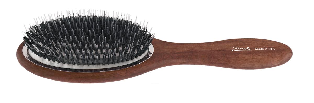 Janeke Щетка с натуральным ворсом ручка дерево, SP41MK47566Марка Janeke – мировой лидер по производству расчесок, щеток, маникюрных принадлежностей, зеркал и косметичек. Марка Janeke, основанная в 1830 году, вот уже почти 180 лет поддерживает непревзойденное качество своей продукции, сочетая новейшие технологии с традициями старых миланских мастеров. Все изделия на 80% производятся вручную, а инновационные технологии и современные материалы делают продукцию марки поистине уникальной. Стильный и эргономичный дизайн, яркие цветовые решения – все это приносит истинное удовольствие от использования аксессуаров Janeke Когда выбор падает на простоту и натуральность материалов, идеально походит деревянная линия Janeke. Расчески-гребни ручной работы имеют закругленные концы, что позволяет не травмировать кожу головы. Широкий выбор массажных щеток из натурального ворса или смешанного с пластмассовой щетиной. Продукция из бука, произрастающего в странах Европы, Америки и Японии. Будучи полностью натуральные продукты являются экологически-устойчивыми...
