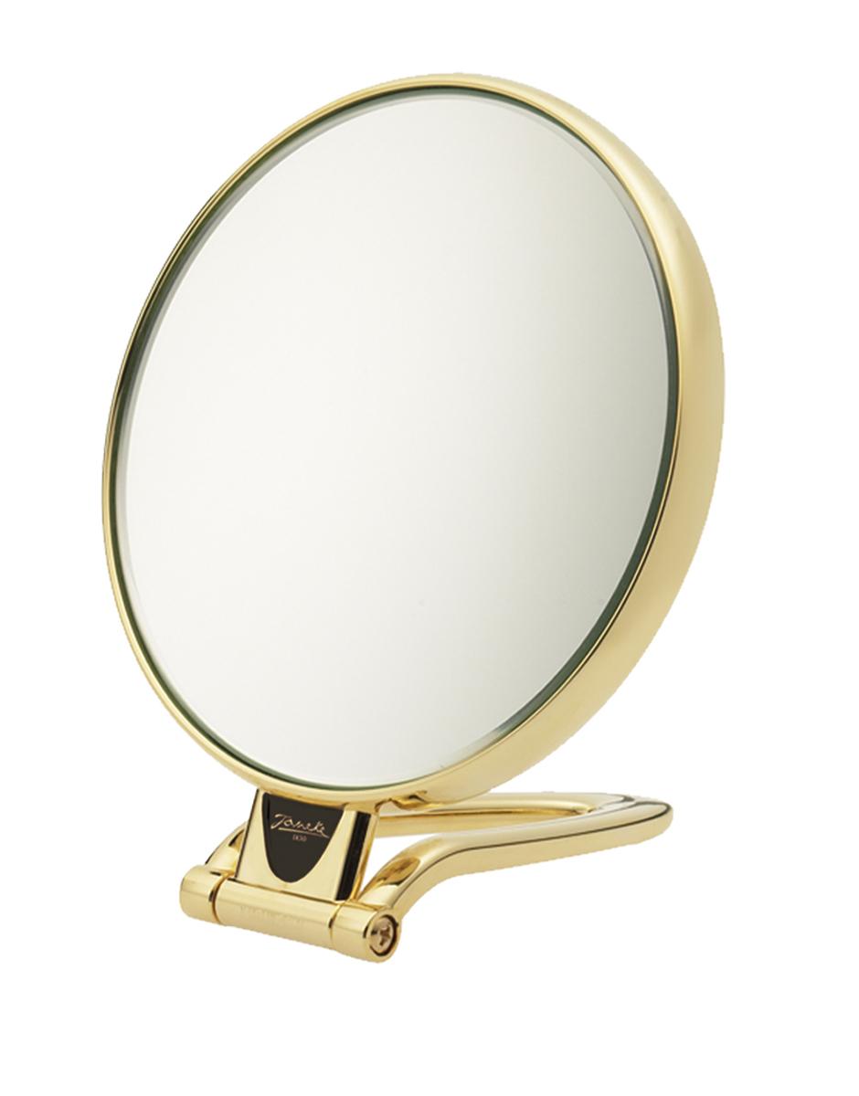 Janeke Зеркало настольное D130, линзы ZEISS, позолоченное, AU446.3.51496Марка Janeke – мировой лидер по производству расчесок, щеток, маникюрных принадлежностей, зеркал и косметичек. Марка Janeke, основанная в 1830 году, вот уже почти 180 лет поддерживает непревзойденное качество своей продукции, сочетая новейшие технологии с традициями ста- рых миланских мастеров. Все изделия на 80% производятся вручную, а инновационные технологии и современные материалы делают продукцию марки поистине уникальной. Стильный и эргономичный дизайн, яркие цветовые решения – все это приносит истин- ное удовольствие от использования аксессуаров Janeke. Зеркала для дома итальянской марки Janeke, изготовленные из высококачественных материалов и выполненные в оригинальном стильном дизайне, дополнят любой интерьер. Односторонние или двусторонние, с увеличением и без, на красивых и удобных подс- тавках – зеркала Janeke прослужат долго и доставят истинное удо- вольствие от использования
