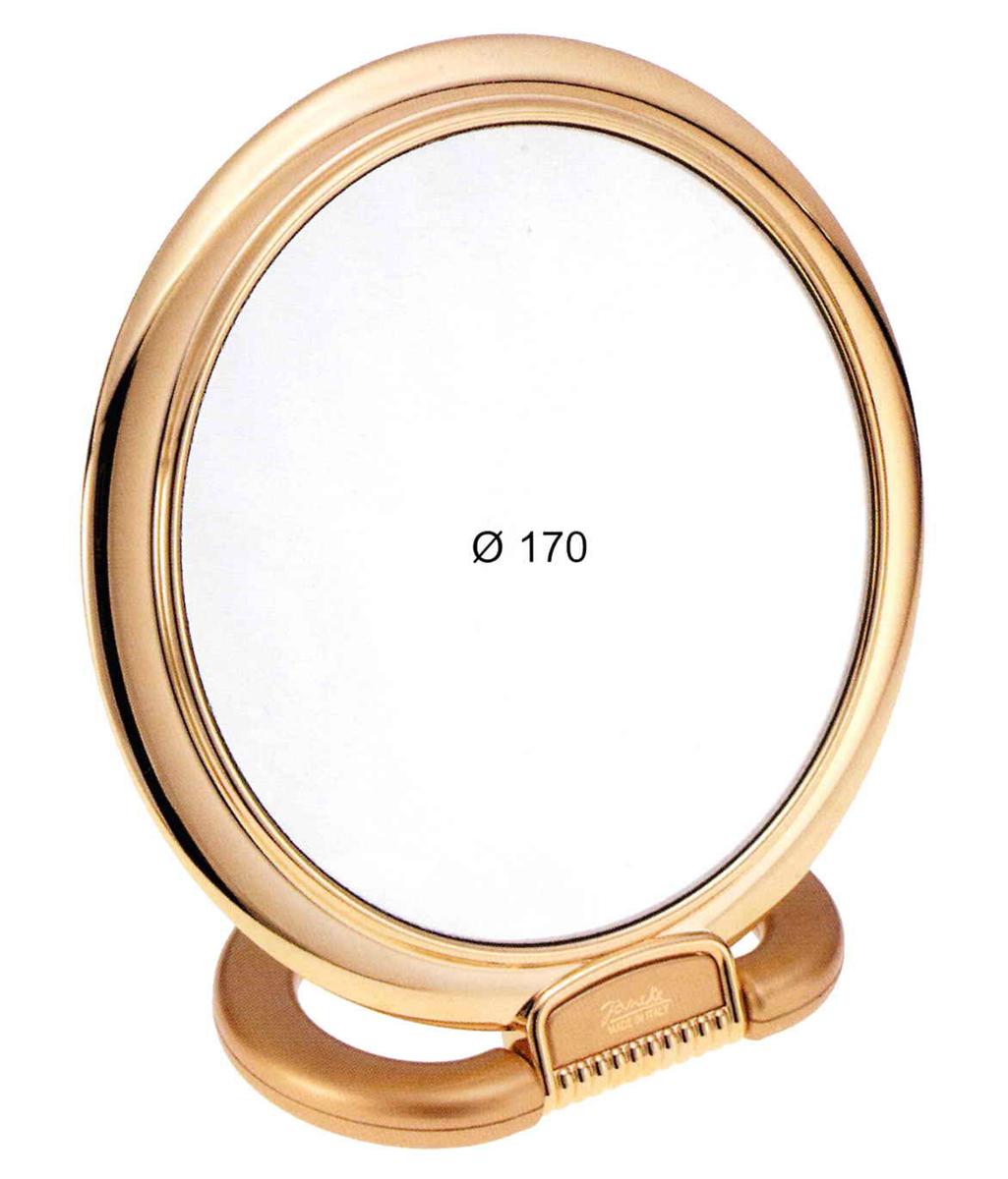 Janeke Зеркало настольное D170, линзы ZEISS, позолоченное в упаковке, 493.05.3.542923Марка Janeke – мировой лидер по производству расчесок, щеток, маникюрных принадлежностей, зеркал и косметичек. Марка Janeke, основанная в 1830 году, вот уже почти 180 лет поддерживает непревзойденное качество своей продукции, сочетая новейшие технологии с традициями ста- рых миланских мастеров. Все изделия на 80% производятся вручную, а инновационные технологии и современные материалы делают продукцию марки поистине уникальной. Стильный и эргономичный дизайн, яркие цветовые решения – все это приносит истин- ное удовольствие от использования аксессуаров Janeke. Зеркала для дома итальянской марки Janeke, изготовленные из высококачественных материалов и выполненные в оригинальном стильном дизайне, дополнят любой интерьер. Односторонние или двусторонние, с увеличением и без, на красивых и удобных подс- тавках – зеркала Janeke прослужат долго и доставят истинное удо- вольствие от использования