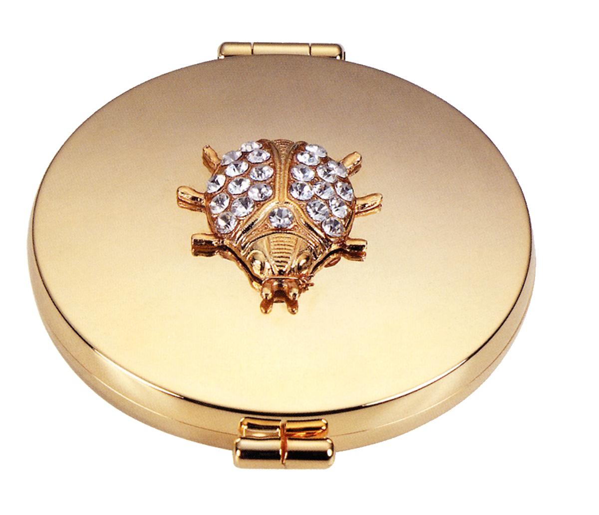 Janeke Зеркало карманное позолоченное со стразами D73, AU448.07.549329Марка Janeke – мировой лидер по производству расчесок, щеток, маникюрных принадлежностей, зеркал и косметичек. Марка Janeke, основанная в 1830 году, вот уже почти 180 лет поддерживает непревзойденное качество своей продукции, сочетая новейшие технологии с традициями ста- рых миланских мастеров. Все изделия на 80% производятся вручную, а инновационные технологии и современные материалы делают продукцию марки поистине уникальной. Стильный и эргономичный дизайн, яркие цветовые решения – все это приносит истин- ное удовольствие от использования аксессуаров Janeke. Компактные зеркала Janeke имеют линзы с обычным и трехкратным увеличением, которые позволяют быстро и легко поправить макияж в дороге. А благодаря стильному дизайну и миниатюрному размеру компактное зеркало Janeke станет любимым аксессуаром любой женщины.