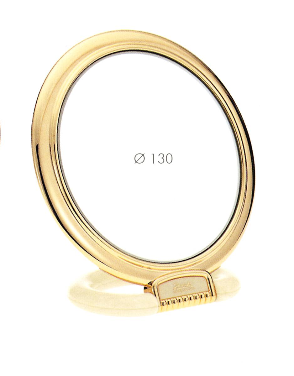 Janeke Зеркало настольное D130, линзы ZEISS, позолоченное, AU466.3 CRN.573230Марка Janeke – мировой лидер по производству расчесок, щеток, маникюрных принадлежностей, зеркал и косметичек. Марка Janeke, основанная в 1830 году, вот уже почти 180 лет поддерживает непревзойденное качество своей продукции, сочетая новейшие технологии с традициями ста- рых миланских мастеров. Все изделия на 80% производятся вручную, а инновационные технологии и современные материалы делают продукцию марки поистине уникальной. Стильный и эргономичный дизайн, яркие цветовые решения – все это приносит истин- ное удовольствие от использования аксессуаров Janeke. Зеркала для дома итальянской марки Janeke, изготовленные из высококачественных материалов и выполненные в оригинальном стильном дизайне, дополнят любой интерьер. Односторонние или двусторонние, с увеличением и без, на красивых и удобных подс- тавках – зеркала Janeke прослужат долго и доставят истинное удо- вольствие от использования