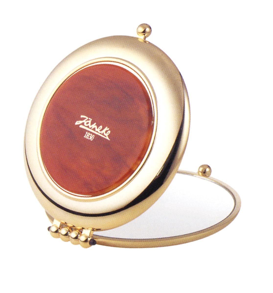 Janeke Зеркало карманное, линзы ZEISS, позолоченное D90, AU453.3 DBL.573236Марка Janeke – мировой лидер по производству расчесок, щеток, маникюрных принадлежностей, зеркал и косметичек. Марка Janeke, основанная в 1830 году, вот уже почти 180 лет поддерживает непревзойденное качество своей продукции, сочетая новейшие технологии с традициями ста- рых миланских мастеров. Все изделия на 80% производятся вручную, а инновационные технологии и современные материалы делают продукцию марки поистине уникальной. Стильный и эргономичный дизайн, яркие цветовые решения – все это приносит истин- ное удовольствие от использования аксессуаров Janeke. Компактные зеркала Janeke имеют линзы с обычным и трехкратным увеличением, которые позволяют быстро и легко поправить макияж в дороге. А благодаря стильному дизайну и миниатюрному размеру компактное зеркало Janeke станет любимым аксессуаром любой женщины.