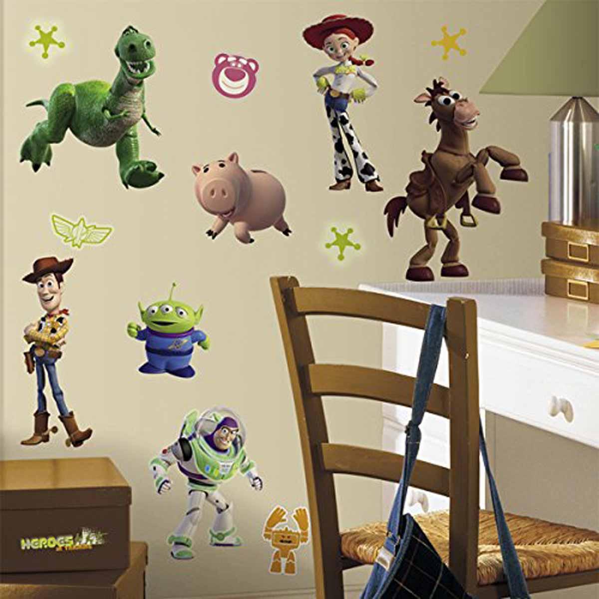 RoomMates Наклейки для декора История игрушек 3RMK1428SCSНаклейки для декора История игрушек 3: большой побег от знаменитого производителя RoomMates станут украшением вашей квартиры! Придайте комнате оригинальный и веселый вид с новым набором наклеек для декора, который светится в темноте! Наклейки, входящие в набор, изображают основных персонажей знаменитого мультфильма История игрушек 3: Большой побег. Некоторые из стикеров светятся в темноте! Всего в наборе 34 стикера. Наклейки не нужно вырезать - их следует просто отсоединить от защитного слоя и поместить на стену или любую другую плоскую гладкую поверхность. Наклейки многоразовые: их легко переклеивать и снимать со стены, они не оставляют липких следов на поверхности. В каждой индивидуальной упаковке вы можете найти 4 листа с различными наклейками! Таким образом, покупая наклейки фирмы RoomMates, вы получаете гораздо больший ассортимент наклеек, имея возможность украсить ими различные поверхности в доме.