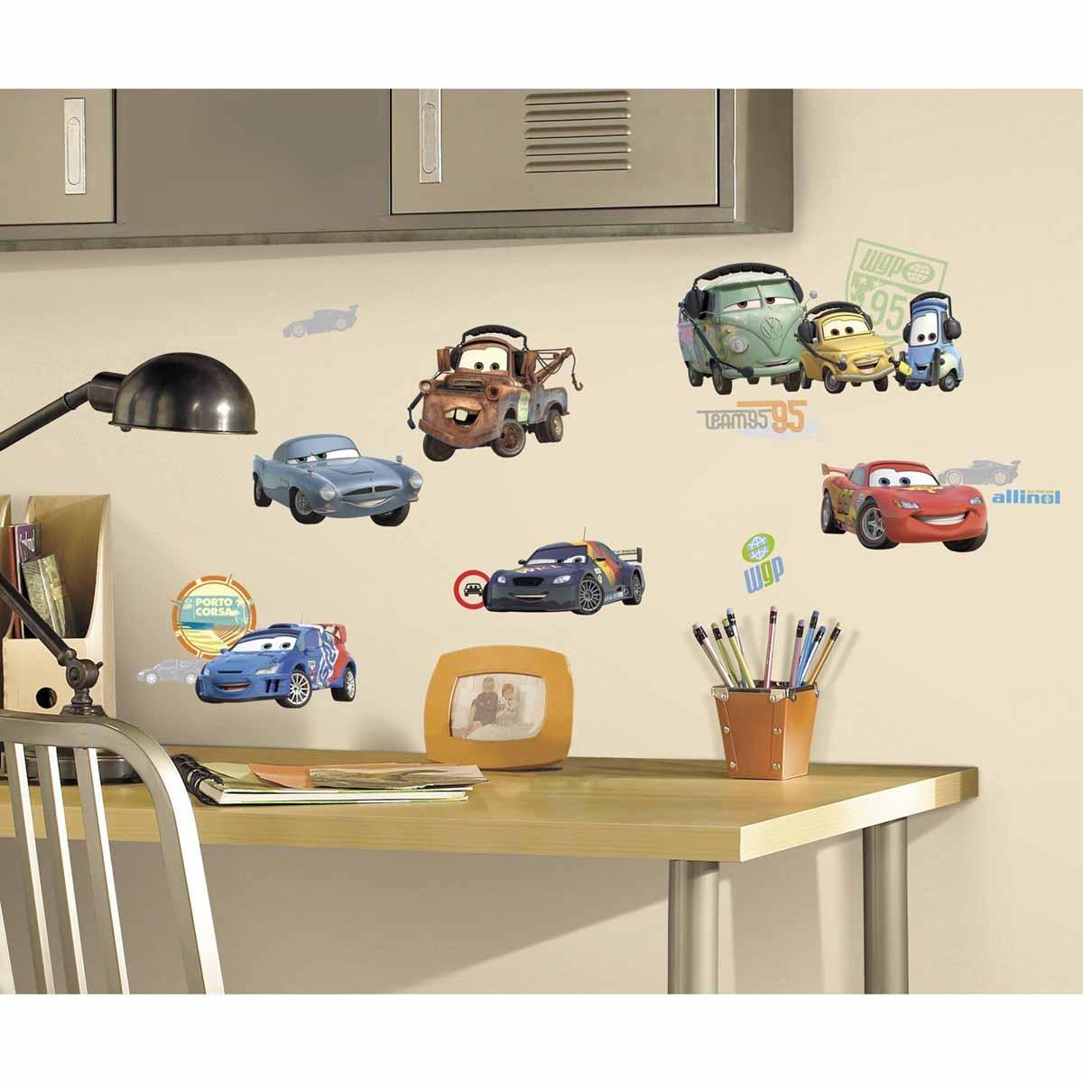 RoomMates Наклейка интерьерная Тачки 26 штRMK1583SCSНаклейки для декора Тачки от знаменитого производителя RoomMates станут украшением вашей квартиры! Привнесите атмосферу знаменитого диснеевского мультфильма в комнату вашего ребенка! Наклейки, входящие в набор, содержат изображения любимых персонажей вашего ребенка: Молнии МакКуина, Мэтра и других! Всего в наборе 26 стикеров. Наклейки не нужно вырезать - их следует просто отсоединить от защитного слоя и поместить на стену или любую другую плоскую гладкую поверхность. Наклейки многоразовые: их легко переклеивать и снимать со стены, они не оставляют липких следов на поверхности. В упаковке вы найдете 4 листа с наклейками.