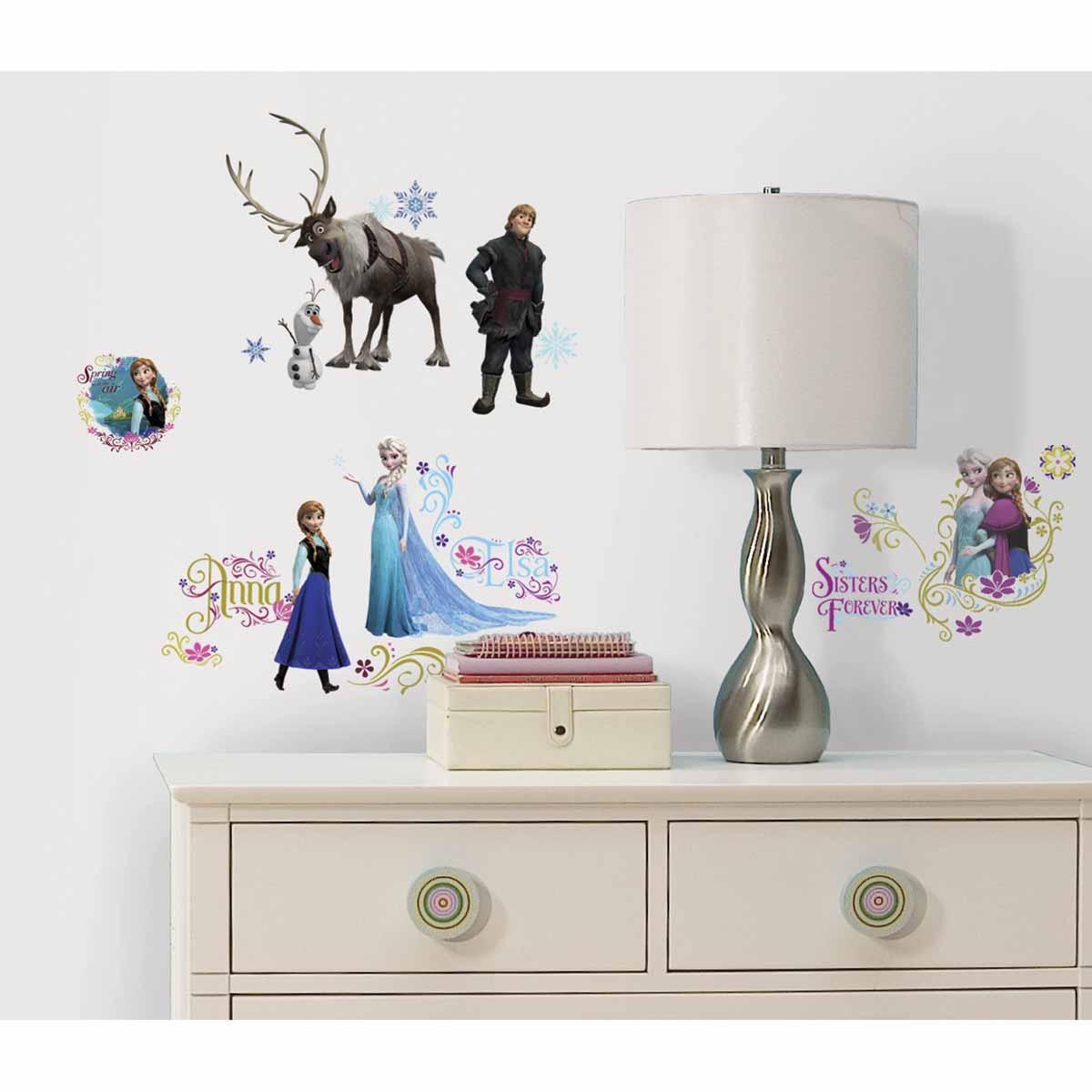RoomMates Наклейки для декора Холодное сердцеRMK2361SCSНаклейки для декора Холодное сердце, персонажи 1 от знаменитого производителя RoomMates станут украшением вашей квартиры! Привнесите магию знаменитого мультфильма Диснея в комнату вашего ребенка с новым набором наклеек для декора! Наклейки, входящие в набор, содержат изображения основных персонажей знаменитого диснеевского мультфильма Холодное сердце: Эльзы, Анны, Кристофа, Олафа и Свена. Всего в наборе 36 стикеров. Наклейки не нужно вырезать - их следует просто отсоединить от защитного слоя и поместить на стену или любую другую плоскую гладкую поверхность. Наклейки многоразовые: их легко переклеивать и снимать со стены, они не оставляют липких следов на поверхности. В каждой индивидуальной упаковке вы можете найти 4 листа с различными наклейками! Таким образом, покупая наклейки фирмы RoomMates, вы получаете гораздо больший ассортимент наклеек, имея возможность украсить ими различные поверхности в доме.
