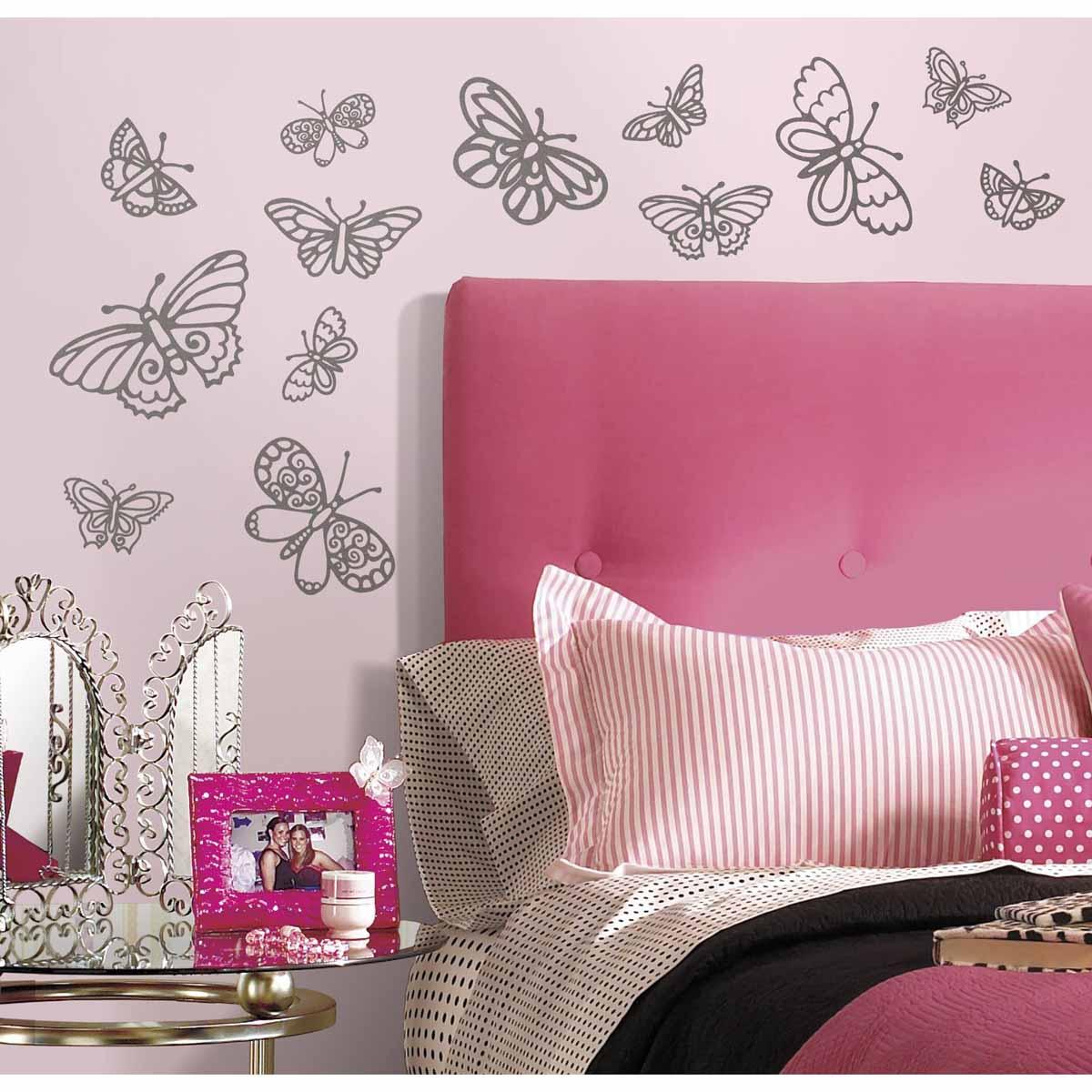 RoomMates Наклейка интерьерная Мерцающие бабочки 29 штRMK2637SCSИнтерьерная наклейка RoomMates Мерцающие бабочки обязательно станет украшением вашей квартиры. Придайте комнате новый вид с помощью стильного и оригинального набора наклеек для декора! Наклейки, входящие в набор, содержат изображения серебристых блестящих бабочек разного размера. Всего в наборе 29 стикеров. Наклейки не нужно вырезать - их следует просто отсоединить от защитного слоя и поместить на стену или любую другую плоскую гладкую поверхность. Наклейки многоразовые: их легко переклеивать и снимать со стены, они не оставляют липких следов на поверхности. В каждой индивидуальной упаковке вы можете найти 4 листа с различными наклейками!