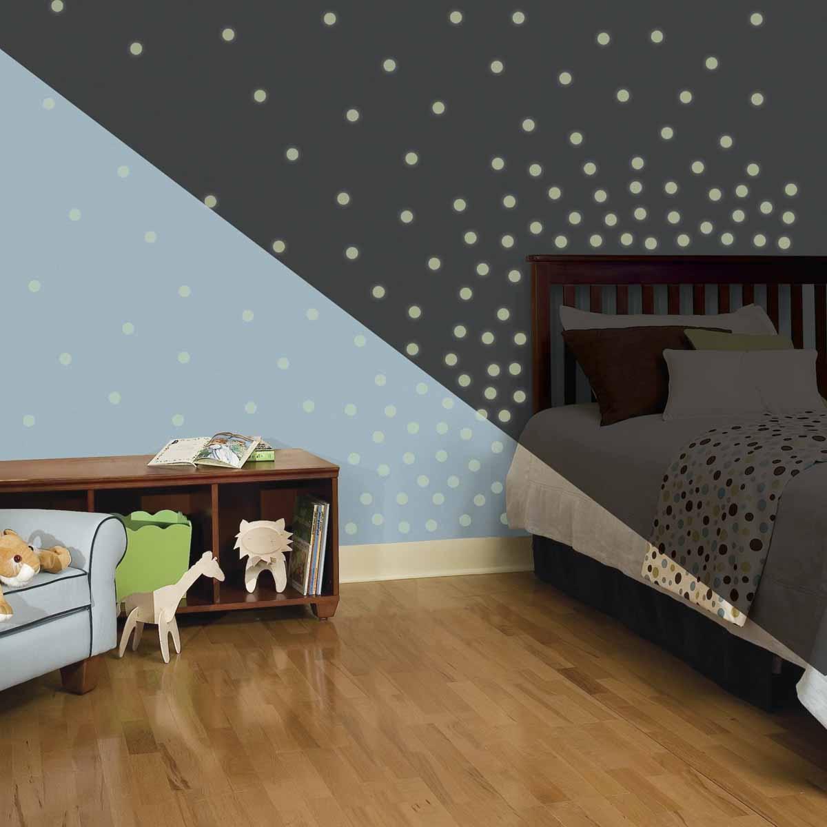 RoomMates Наклейка интерьерная Мерцающие точки 180 штRMK2792SCSНаклейки для декора Мерцающие точки от знаменитого производителя RoomMates станут украшением вашей квартиры! Придайте комнате другой вид с новым набором наклеек для декора, который светится в темноте! Наклейки светятся в темноте мягким светом! Пожалуйста, обратите внимание на то, что для достижения эффекта свечения наклейки должны побыть под воздействием прямого солнечного света! Прекрасный вариант для родителей, ребенок которых боится темноты. Всего в наборе 180 стикеров. Наклейки не нужно вырезать - их следует просто отсоединить от защитного слоя и поместить на стену или любую другую плоскую гладкую поверхность. Наклейки многоразовые: их легко переклеивать и снимать со стены, они не оставляют липких следов на поверхности.