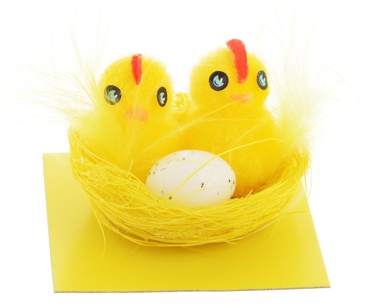Украшение декоративное Home Queen Цыплята в гнезде69915Декоративное украшение Home Queen Цыплята в гнезде, выполненное из полиэстера, пластика и перьев, прекрасно дополнит интерьер дома к Пасхе. Украшение представляет собой гнездо, в котором уютно устроились цыплята. Изделие создаст теплую весеннюю атмосферу и поднимет настроение. Размер украшения: 5 х 5 х 4 см.
