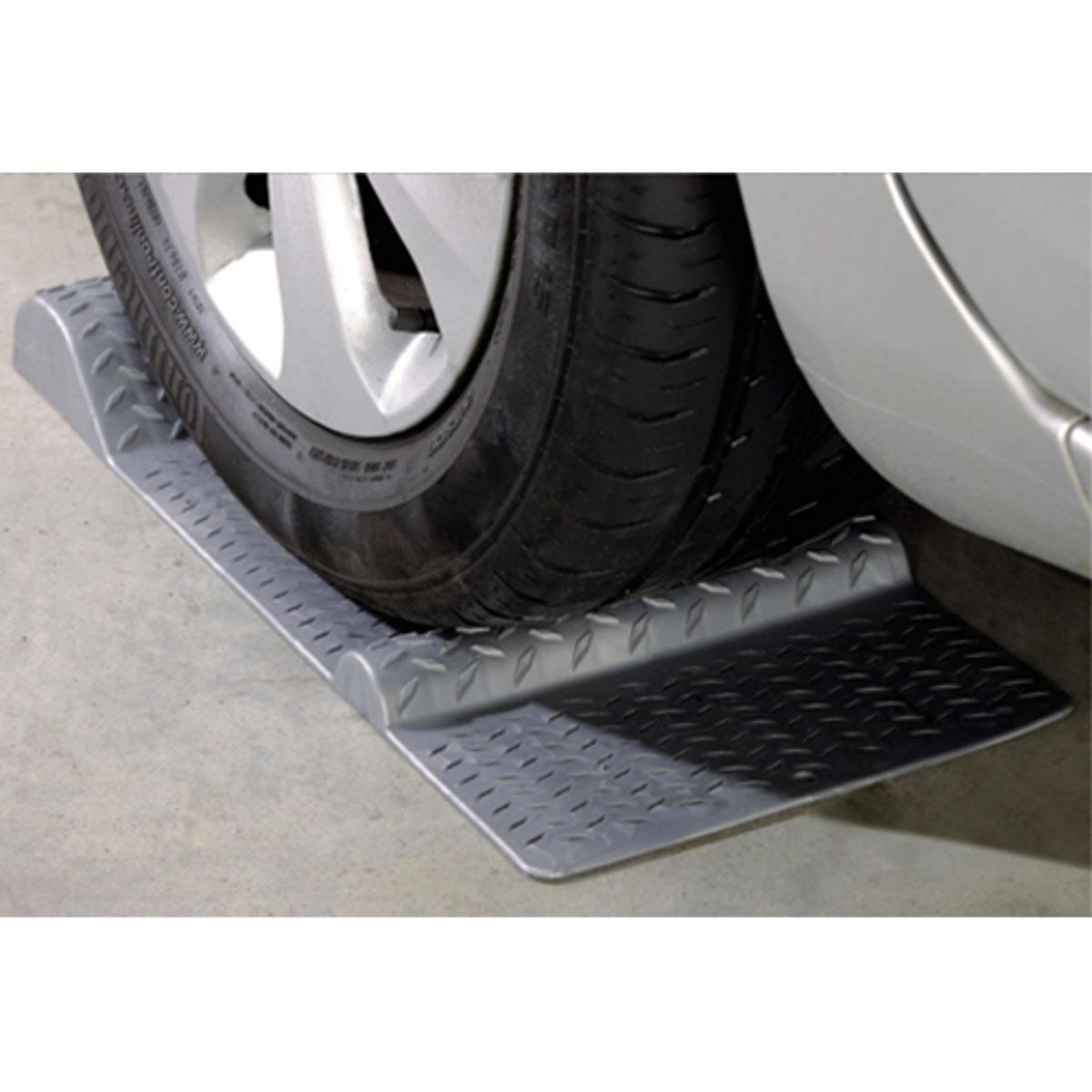 Парковочный стоп-мат под колесо МастерПрофАС.040001Для предотвращения контакта автомобиля с препятствиями и безопасной парковки. Размеры: 52 х 25 х 5 см.