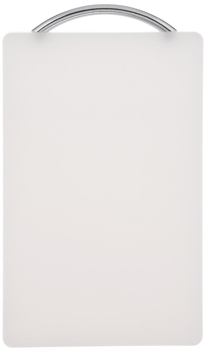 Доска разделочная Zeller, цвет: белый , 25 х 16 см26070_белыйРазделочная доска Zeller, выполненная из высококачественного пластика, устойчива к повреждениям и не впитывает запахи. Она идеально подходит для разделки мяса, рыбы, приготовления теста и для нарезки любых продуктов. Изделие оснащено металлической ручкой, с помощью которой ее можно подвесить в любом удобном для вас месте. Разделочная доска Zeller станет незаменимым аксессуаром на любой кухне. Можно мыть в посудомоечной машине. Размер доски (без учета ручки): 25 х 16 х 1,3 см.