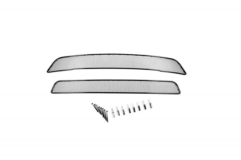 Сетка на бампер внешняя Novline-Autofamily, для MITSUBISHI Outlander 2012-2015, 2 шт01-380112-15BВ отличие от универсальных сеток, данный продукт разрабатывается индивидуально под каждый бампер автомобиля. Внешняя защитная сетка радиатора полностью повторяет геометрию решетки бампера и гармонично вписывается в общий стиль автомобиля. При создании продукта мы учли как потребности автомобилистов, для которых важна исключительно защитная функция, так и автолюбителей, которые ищут способы подчеркнуть или создать новый стиль своего авто. Функциональность, тюнинг, или и то, и другое? Выбор только за вами. Сетка для защиты радиатора изготовлена из антикоррозионного материала, что гарантирует отсутствие ржавчины в процессе эксплуатации. Простая установка делает этот продукт необыкновенно удобным. В отличие от универсальных сеток, для установки которых требуется снятие бампера, то есть наличие специализированных навыков и дополнительного оборудования (подъемник и так далее), для установки этого продукта понадобится 20 минут времени и отвертка.