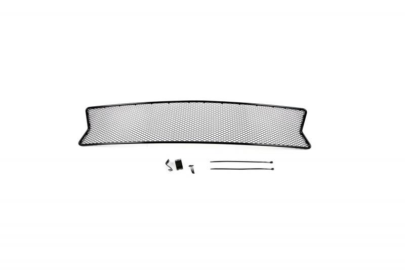 Сетка на бампер внешняя Novline-Autofamily, для RENAULT Sandero 2014->01-430514-15BВ отличие от универсальных сеток, данный продукт разрабатывается индивидуально под каждый бампер автомобиля. Внешняя защитная сетка радиатора полностью повторяет геометрию решетки бампера и гармонично вписывается в общий стиль автомобиля. При создании продукта мы учли как потребности автомобилистов, для которых важна исключительно защитная функция, так и автолюбителей, которые ищут способы подчеркнуть или создать новый стиль своего авто. Функциональность, тюнинг, или и то, и другое? Выбор только за вами. Сетка для защиты радиатора изготовлена из антикоррозионного материала, что гарантирует отсутствие ржавчины в процессе эксплуатации. Простая установка делает этот продукт необыкновенно удобным. В отличие от универсальных сеток, для установки которых требуется снятие бампера, то есть наличие специализированных навыков и дополнительного оборудования (подъемник и так далее), для установки этого продукта понадобится 20 минут времени и отвертка.