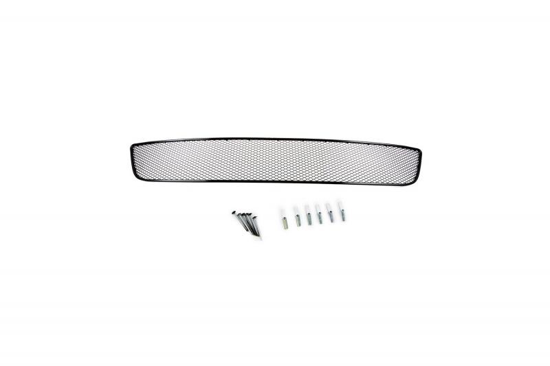 Сетка на бампер внешняя Novline-Autofamily, для VW Golf VI 2008-201301-530108-15BВ отличие от универсальных сеток, данный продукт разрабатывается индивидуально под каждый бампер автомобиля. Внешняя защитная сетка радиатора полностью повторяет геометрию решетки бампера и гармонично вписывается в общий стиль автомобиля. При создании продукта мы учли как потребности автомобилистов, для которых важна исключительно защитная функция, так и автолюбителей, которые ищут способы подчеркнуть или создать новый стиль своего авто. Функциональность, тюнинг, или и то, и другое? Выбор только за вами. Сетка для защиты радиатора изготовлена из антикоррозионного материала, что гарантирует отсутствие ржавчины в процессе эксплуатации. Простая установка делает этот продукт необыкновенно удобным. В отличие от универсальных сеток, для установки которых требуется снятие бампера, то есть наличие специализированных навыков и дополнительного оборудования (подъемник и так далее), для установки этого продукта понадобится 20 минут времени и отвертка.