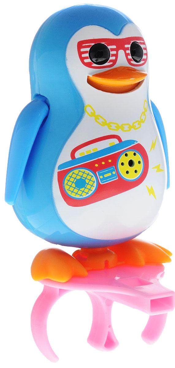 DigiFriends Интерактивная игрушка Пингвин с кольцом цвет голубой88333_голубойУ вас есть шанс получить уникального домашнего питомца - поющую птичку. Не каждый может похвастаться этим. Интерактивная игрушка DigiFriends Пингвин с кольцом - это умная интерактивная птичка, которая будет развлекать вас различными мелодиями, пением и ритмичными движениями. Для активизации птички необходимо подуть на нее. Чтобы активировать режим проигрывания мелодий достаточно посвистеть в свисток, который имеется в комплекте. Игрушка издает 55 вариантов мелодий и звуков. Кольцо-свисток может служить как переносной насест для птички. Ребенок может надеть кольцо на два пальца, закрепить там игрушку и свободно играть или даже бегать. Птичка DigiFriends устойчива на любой ровной поверхности. Игрушка может поворачивать голову и шевелить клювом в такт мелодии. Игрушка работает в двух режимах: соло и хор. Можно синхронизировать неограниченное количество птичек или других персонажей DigiFriends. Главным в хоре становится персонаж, которого включили первым. Необходимо...