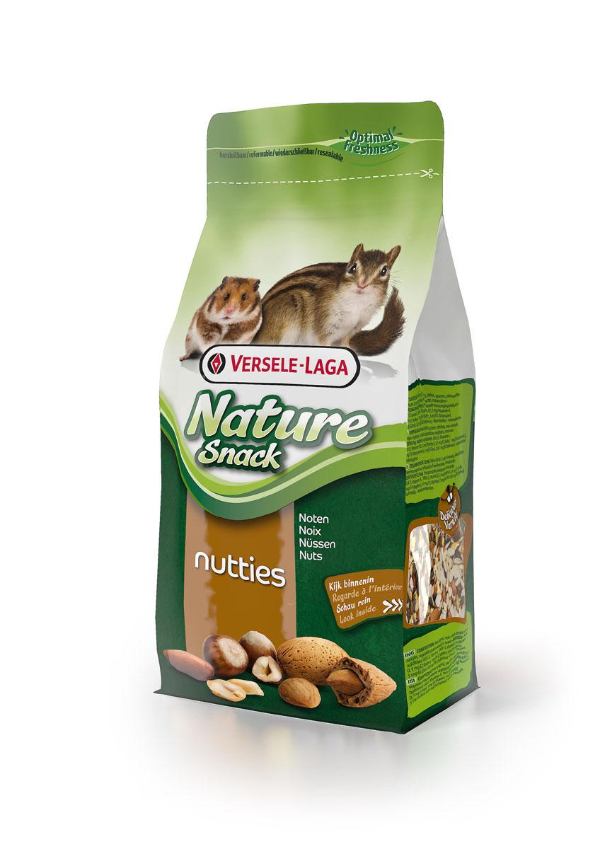 Лакомство для всех грызунов Versele-Laga Nature Snack Nutties, с орехами, 85 г462003Вкусная и здоровая смесь для всех грызунов, которая идеально дополняет рацион питомца. Содержит арахис, фундук, миндаль, кокос, кедровые орешки и др. Состав: Орехи (40%), семена, злаки, продукты растительного происхождения, экстракты растительных белков, минералы. Добавки/кг: 450 М.Е. вит. А, 100 М.Е. вит. D3, 5 мг вит. Е, 0,1 мг Е2 (Йод), 1 мг Е4 (Медь), 6 мг Е5 (Марганец), 5 мг Е6 (Цинк), 0,01 мг Е8 (Селене) - Красители - Антиоксиданты.