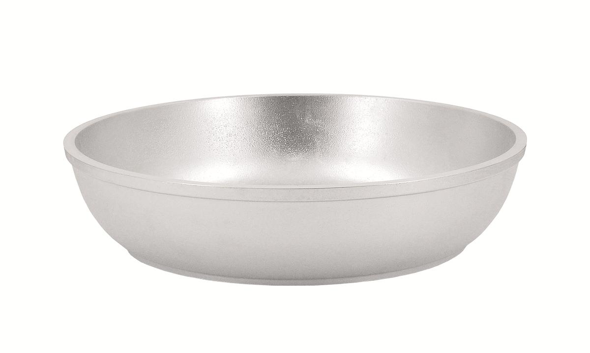 Сковорода Kukmara, 220/60-М (с утолщенным дном) без ручки, литой алюминийс226Особенности: - утолщенные стенки корпуса и дна исключают любой тип деформации: от перегрева, падения, долгого использования; - равномерное распределение тепла; - эргономичность - длительное сохранение тепла посуды; - долгий срок службы; - высокая прочность посуды. Прежде чем начать пользоваться новой алюминиевой посудой следует вымыть посуду теплой водой с моющим средством и тщательно промыть проточной водой. В алюминиевой посуде нельзя хранить квашеную капусту, соленые огурцы, грибы и т.п. Нельзя мыть алюминиевую посуду средствами с повышенной щелочностью (в том числе кальцинированной содой).