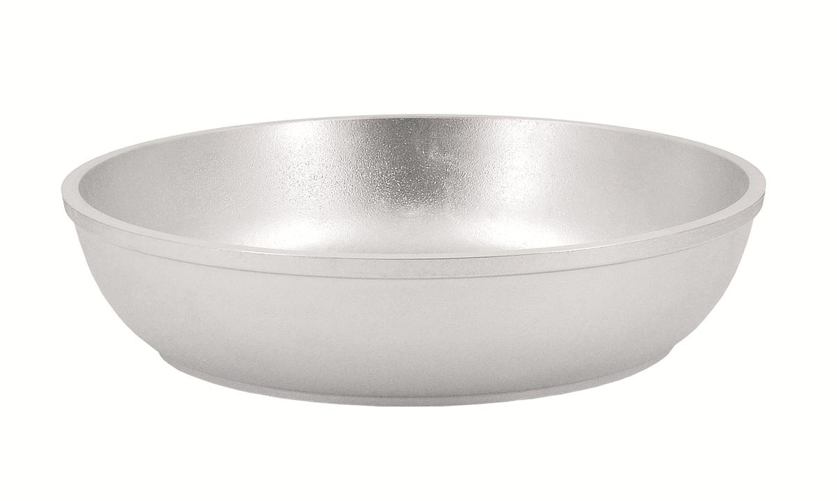 Сковорода Kukmara, 360/55 без ручкис360Особенности: - утолщенные стенки корпуса и дна исключают любой тип деформации: от перегрева, падения, долгого использования; - равномерное распределение тепла; - эргономичность - длительное сохранение тепла посуды; - долгий срок службы; - высокая прочность посуды. Прежде чем начать пользоваться новой алюминиевой посудой следует вымыть посуду теплой водой с моющим средством и тщательно промыть проточной водой. В алюминиевой посуде нельзя хранить квашеную капусту, соленые огурцы, грибы и т.п. Нельзя мыть алюминиевую посуду средствами с повышенной щелочностью (в том числе кальцинированной содой).