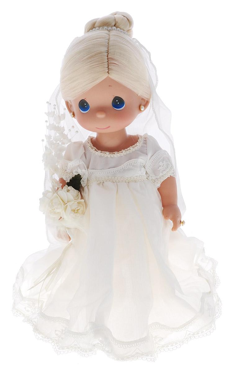 Precious Moments Кукла Зачарованные сны Невеста блондинка4636Коллекция кукол Precious Moments ростом выше 30 см насчитывает на сегодняшний день более 600 видов. Куклы изготавливаются из качественного, безопасного материала и имеют пять базовых точек артикуляции. Каждый год в коллекцию добавляются все новые и новые модели. Каждая кукла имеет свой неповторимый образ и характер. Она может быть подарком на память о каком- либо событии в жизни. Куклы выполнены с любовью и нежностью, которую дарит нам известная волшебница - создатель кукол Линда Рик! Кукла Зачарованные сны. Невеста станет отличным подарком для любой девочки на день рождения или другой праздник. Кукла одета в ослепительное белое платье невесты, на ногах - белые ботиночки. В руке у куклы букет цветов. У невесты светлые волосы, которые забраны вверх и украшены фатой. Дополнением к образу куколки служат серьги и колечко. На милом личике большие синие глаза. Одежда куклы съемная. Порадуйте свою принцессу таким великолепным подарком! Игра с куклой ...