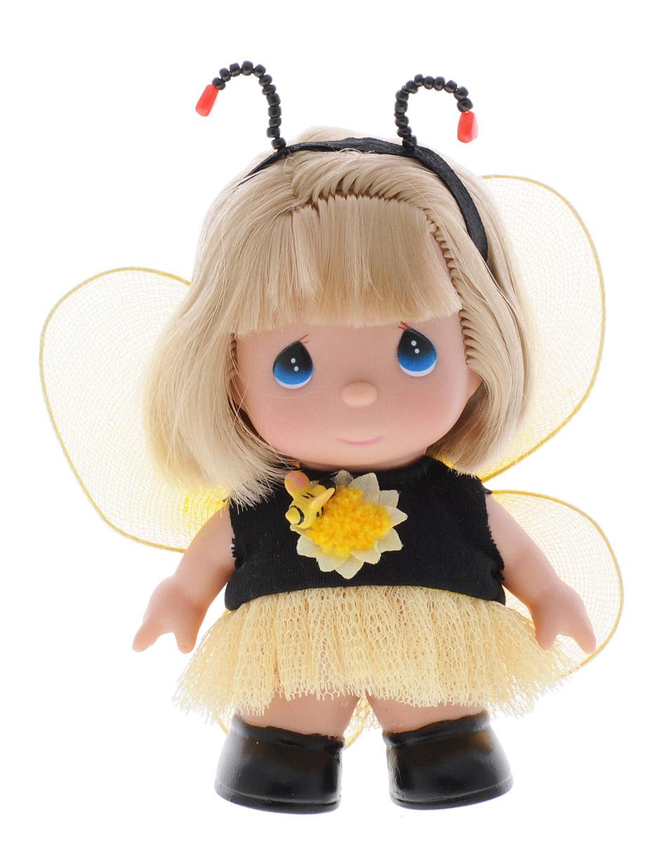 Precious Moments Мини-кукла Пчелка5379Какие же милые эти куколки Precious Moments. Создатель этих очаровательных крошек настоящая волшебница - Линда Рик - оживила свои творения, каждая кукла обрела свой милый и неповторимый образ. Эти крошки могут сопровождать вас в чудесных странствиях и сделать каждый момент вашей жизни незабываемым! Мини-кукла Пчелка одета в платье черного и желтого цветов. За спиной у куколки желтые крылья, которые с легкостью можно отстегнуть. Образ дополняет ободок с забавными усиками. У девочки светлые волосы и большие синие глаза. Благодаря играм с куклой, ваша малышка сможет развить фантазию и любознательность, овладеть навыками общения и научиться ответственности. Порадуйте свою принцессу таким прекрасным подарком!