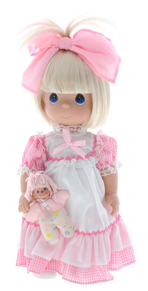 Precious Moments Кукла Драгоценные друзья4744Коллекция кукол Precious Moments ростом выше 30 см насчитывает на сегодняшний день более 600 видов. Куклы изготавливаются из качественного, безопасного материала и имеют пять базовых точек артикуляции. Каждый год в коллекцию добавляются все новые и новые модели. Каждая кукла имеет свой неповторимый образ и характер. Она может быть подарком на память о каком- либо событии в жизни. Куклы выполнены с любовью и нежностью, которую дарит нам известная волшебница - создатель кукол Линда Рик! Кукла Драгоценные друзья одета в длинное бело-розовое платье, на ножках - белые ботиночки. На голове красуется розовый бант. В руке куколка держит свою игрушку. Игры с куклой научат ребенка взаимодействовать с окружающими, а также поспособствуют развитию воображения, логики и тактильного восприятия. Кукла Драгоценные друзья станет отличным подарком для любой девочки на день рождения или другой праздник.