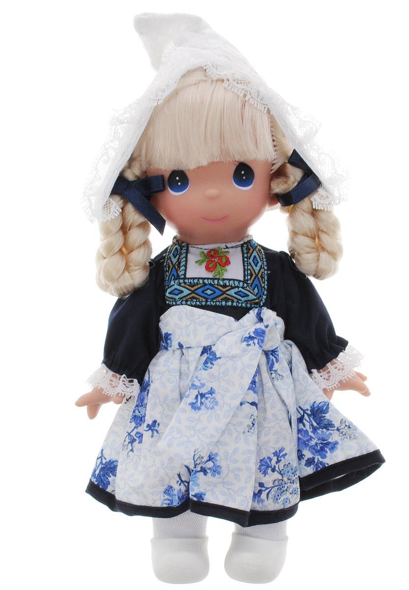 Precious Moments Кукла Элин Голландия2183Коллекция кукол Precious Moments насчитывает на сегодняшний день более 600 видов. Куклы изготавливаются из качественного, безопасного материала и имеют пять базовых точек артикуляции. Каждый год в коллекцию добавляются все новые и новые модели. Каждая кукла имеет свой неповторимый образ и характер. Она может быть подарком на память о каком-либо событии в жизни. Куклы выполнены с любовью и нежностью, которую дарит нам известная волшебница - создатель кукол Линда Рик! Коллекционная кукла Элин (Голландия) со светлыми волосами одета в национальное голландское платье с цветочным узором и орнаментом. Волосы, собранные в две косы, украшены бантиками. На голове - белая кружевная шапочка. У куклы милое личико с большими голубыми глазами. Вся одежда съемная. Вашей дочурке непременно понравится расчесывать волосы куклы, придумывая различные прически. Кукла научит ребенка взаимодействовать с окружающими, а также поспособствует развитию воображения, логики и тактильного...