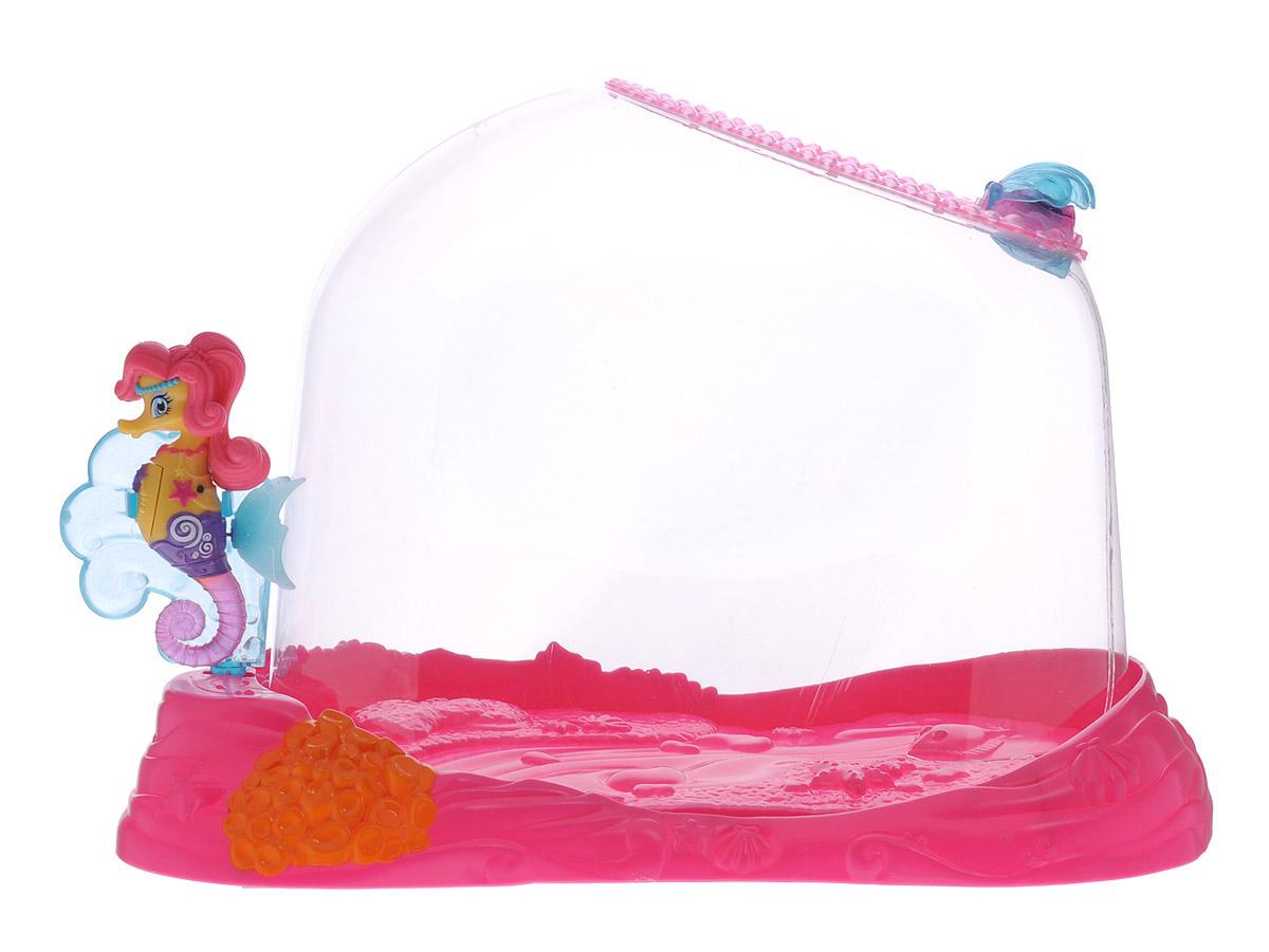 Robofish Интерактивная игрушка Морской конек Лола с аквариумом25174Интерактивная игрушка Robofish Морской конек Лола с аквариумом - увлекательная игрушка для детей от трех лет. Морской конек очень любит бывать в воде - как только его датчики чувствуют влагу, он активируется автоматически - начинает по-настоящему плавать, шевелить хвостиком. Лола отлично плавает самостоятельно, не тонет и не всплывает на поверхность, сохраняя вертикальное положение. Хвостик двигается с разной скоростью, благодаря этому морской конек может ускоряться и замедлять свое движение. Игрушку можно поместить в аквариум, в котором есть функция пускания пузырьков, а можно взять с собой во время купания. Морской конек работает от 2 батареек типа LR44 (в набор входит два комплекта батареек).