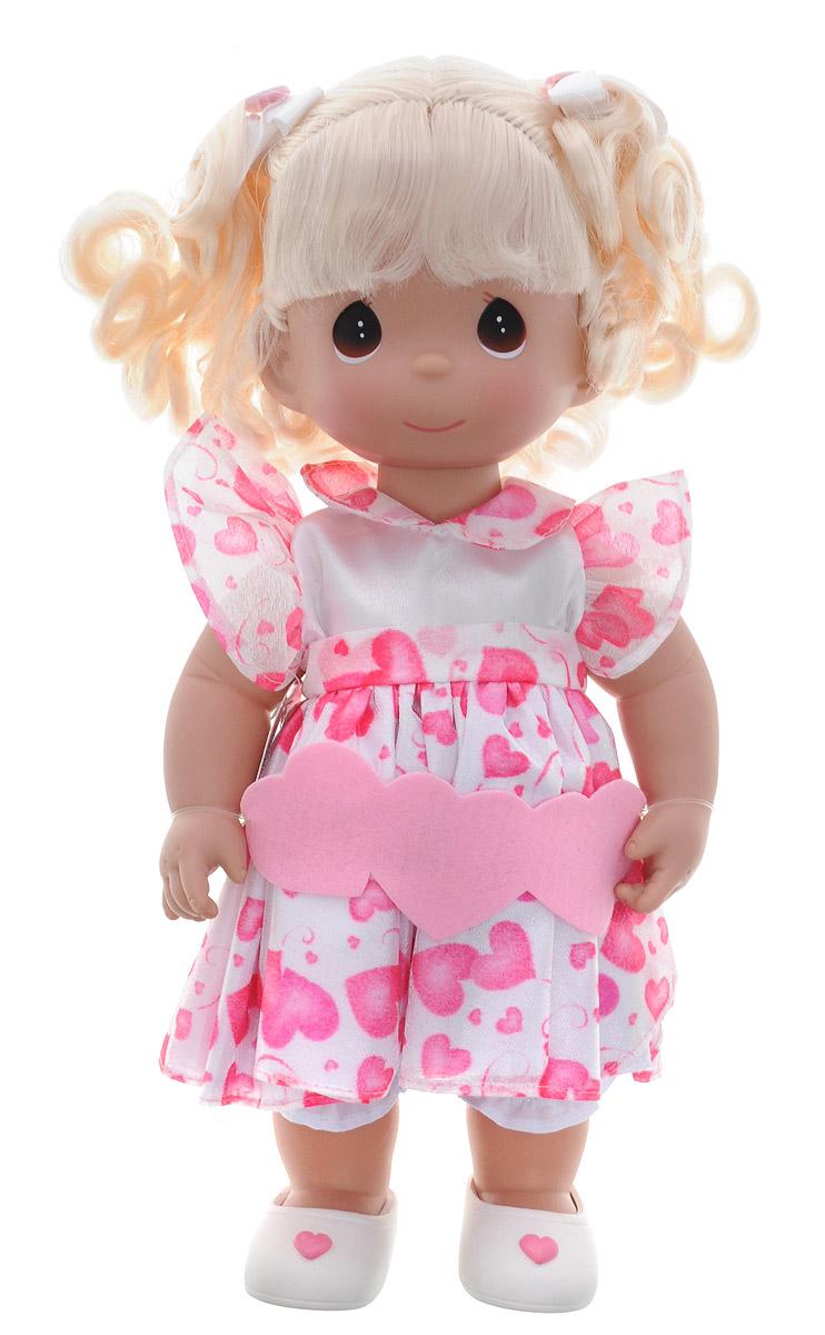 Precious Moments Кукла Сердце блондинка4525Коллекция кукол Precious Moments ростом выше 30 см насчитывает на сегодняшний день более 600 видов. Куклы изготавливаются из качественного, безопасного материала и имеют пять базовых точек артикуляции. Каждый год в коллекцию добавляются все новые и новые модели. Каждая кукла имеет свой неповторимый образ и характер. Она может быть подарком на память о каком-либо событии в жизни. Куклы выполнены с любовью и нежностью, которую дарит нам известная волшебница - создатель кукол Линда Рик! Кукла Сердце одета в белое платье с розовыми сердечками. Под платьем надеты белые панталоны, на ногах куклы - белые туфельки. Вся одежда у куклы съемная. Волосы убраны в два хвоста и украшены ленточками. На милом личике куклы большие карие глаза. Игра с куклой разовьет в вашей малышке чувство ответственности и заботы. Порадуйте свою принцессу таким великолепным подарком!
