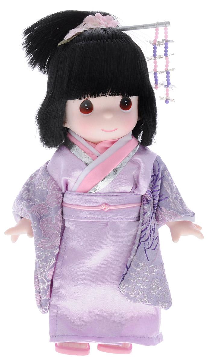 Precious Moments Кукла Масуми Япония3502Коллекция кукол Precious Moments насчитывает на сегодняшний день более 600 видов. Куклы изготавливаются из качественного, безопасного материала и имеют пять базовых точек артикуляции. Каждый год в коллекцию добавляются все новые и новые модели. Каждая кукла имеет свой неповторимый образ и характер. Она может быть подарком на память о каком-либо событии в жизни. Куклы выполнены с любовью и нежностью, которую дарит нам известная волшебница - создатель кукол Линда Рик! Коллекционная кукла Масуми (Япония) с темными волосами одета в национальное японское кимоно светло-сиреневого цвета с восточными узорами. У куклы милое личико с большими карими глазами. На голове японское украшение для волос - канзаши. Вся одежда съемная. Вашей дочурке непременно понравится расчесывать волосы куклы, придумывая различные прически. Кукла научит ребенка взаимодействовать с окружающими, а также поспособствует развитию воображения, логики и тактильного восприятия. Кукла станет отличным...
