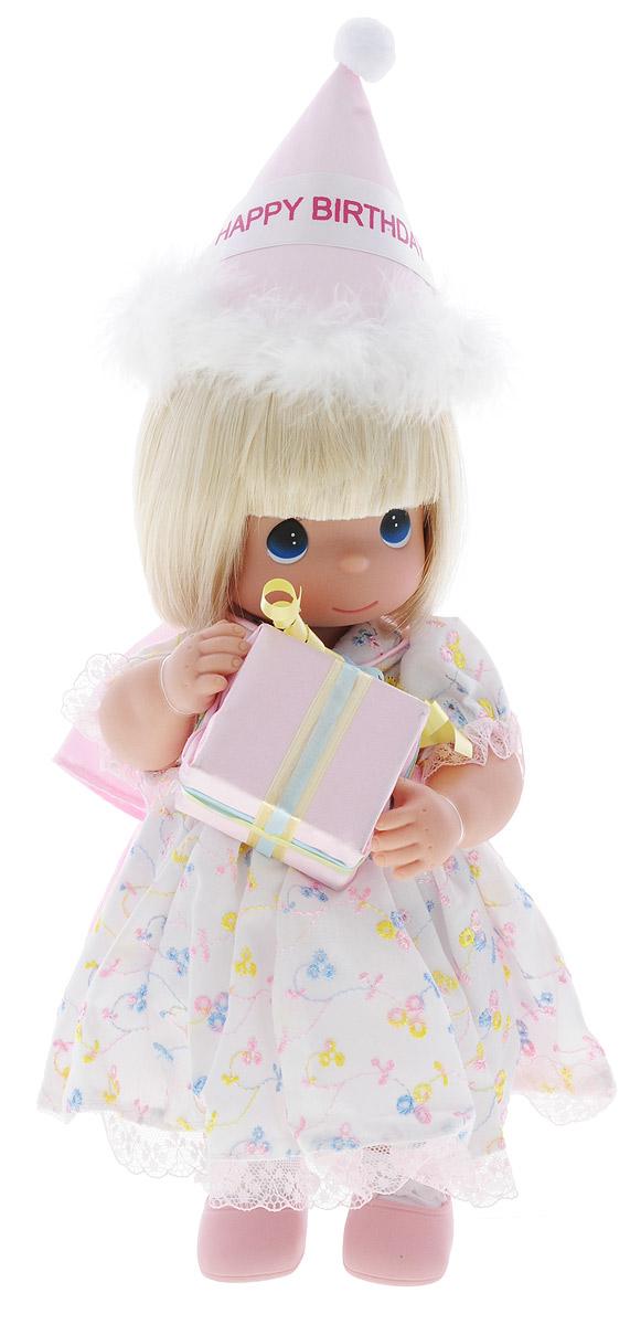 Precious Moments Кукла С Днем Рождения блондинка4716Коллекция кукол Precious Moments ростом выше 30 см насчитывает на сегодняшний день более 600 видов. Куклы изготавливаются из качественного, безопасного материала и имеют пять базовых точек артикуляции. Каждый год в коллекцию добавляются все новые и новые модели. Каждая кукла имеет свой неповторимый образ и характер. Она может быть подарком на память о каком-либо событии в жизни. Куклы выполнены с любовью и нежностью, которую дарит нам известная волшебница - создатель кукол Линда Рик! Кукла С Днем Рождения одета в белое платье, украшенное вышивкой и розовым бантом. Под платьем надеты белые панталоны, на ногах куклы - белые носочки и розовые туфельки. Вся одежда у куклы съемная. У девочки светлые волосы и большие синие глаза. В руках она держит коробку с подарком, а на голове у куклы праздничный колпак. Игра с куклой разовьет в вашей малышке чувство ответственности и заботы. Порадуйте свою принцессу таким великолепным подарком!