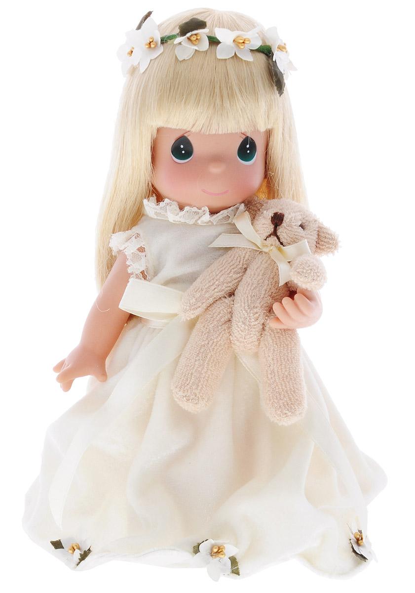 Precious Moments Кукла Подписанная Линдой2185Коллекция кукол Precious Moments насчитывает на сегодняшний день более 600 видов. Куклы изготавливаются из качественного, безопасного материала и имеют пять базовых точек артикуляции. Каждый год в коллекцию добавляются все новые и новые модели. Каждая кукла имеет свой неповторимый образ и характер. Она может быть подарком на память о каком-либо событии в жизни. Куклы выполнены с любовью и нежностью, которую дарит нам известная волшебница - создатель кукол Линда Рик! Коллекционная кукла Подписанная Линдой со светлыми волосами одета в бархатистое бежевое платье, декорированное бантом и текстильным цветами. У куклы милое личико с большими изумрудными глазами. На голове куклы венок из текстильных цветов. Вся одежда съемная. В комплекте с куклой идет ее игрушка - маленький плюшевый мишка. Вашей дочурке непременно понравится расчесывать волосы куклы, придумывая различные прически. Кукла научит ребенка взаимодействовать с окружающими, а также поспособствует развитию...