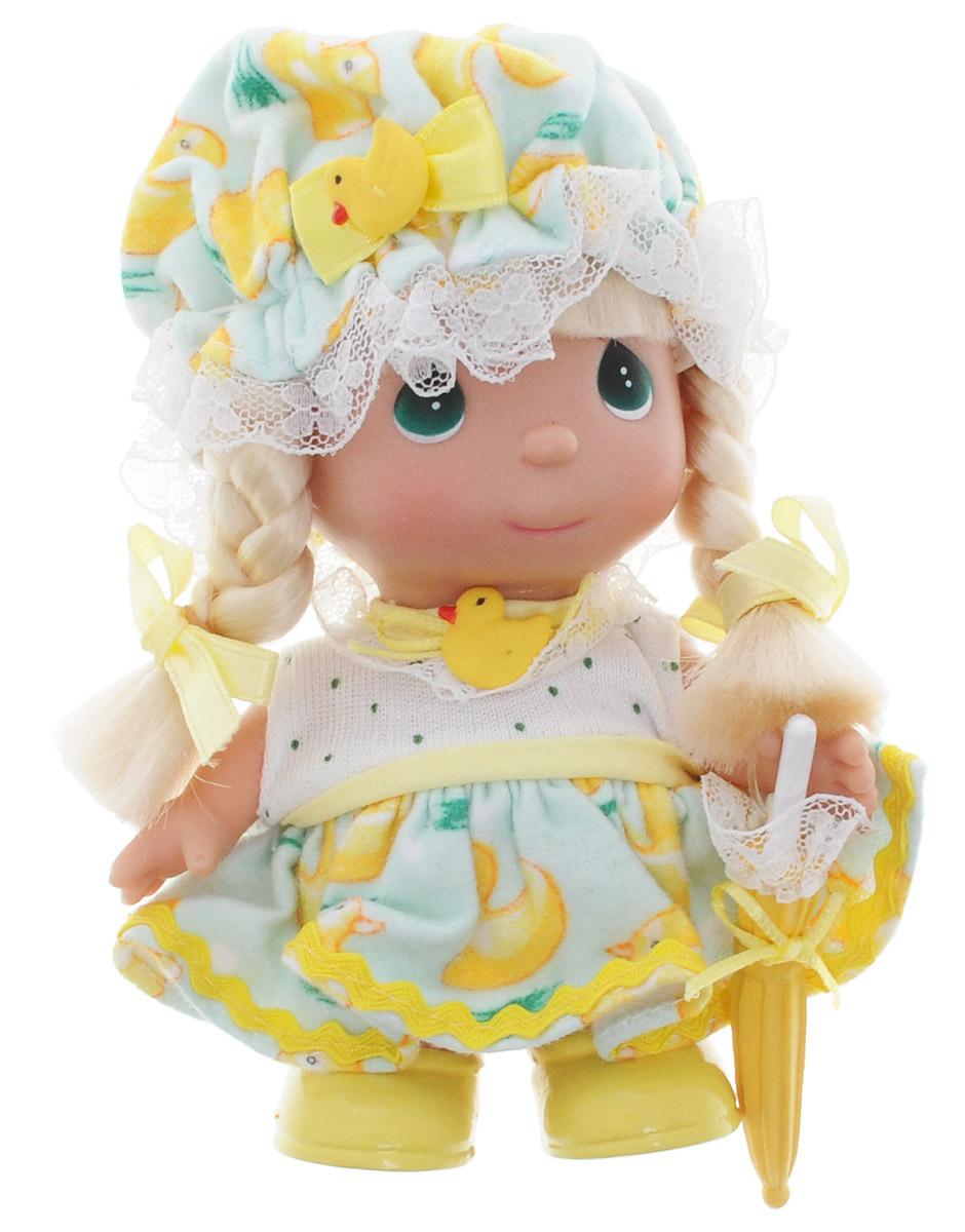 Precious Moments Мини-кукла Апрель5366Какие же милые эти куколки Precious Moments. Создатель этих очаровательных крошек настоящая волшебница - Линда Рик - оживила свои творения, каждая кукла обрела свой милый и неповторимый образ. Эти крошки могут сопровождать вас в чудесных странствиях и сделать каждый момент вашей жизни незабываемым! Мини-кукла Апрель станет отличным подарком для любой девочки на день рождения или другой праздник. Куколка одета в легкий костюм и шапочку, украшенные изображением уточек. Светлые волосы куклы заплетены в две косички. На милом личике большие зеленые глаза. В руке у куколки зонтик желтого цвета. Благодаря играм с куклой, ваша малышка сможет развить фантазию и любознательность, овладеть навыками общения и научиться ответственности.