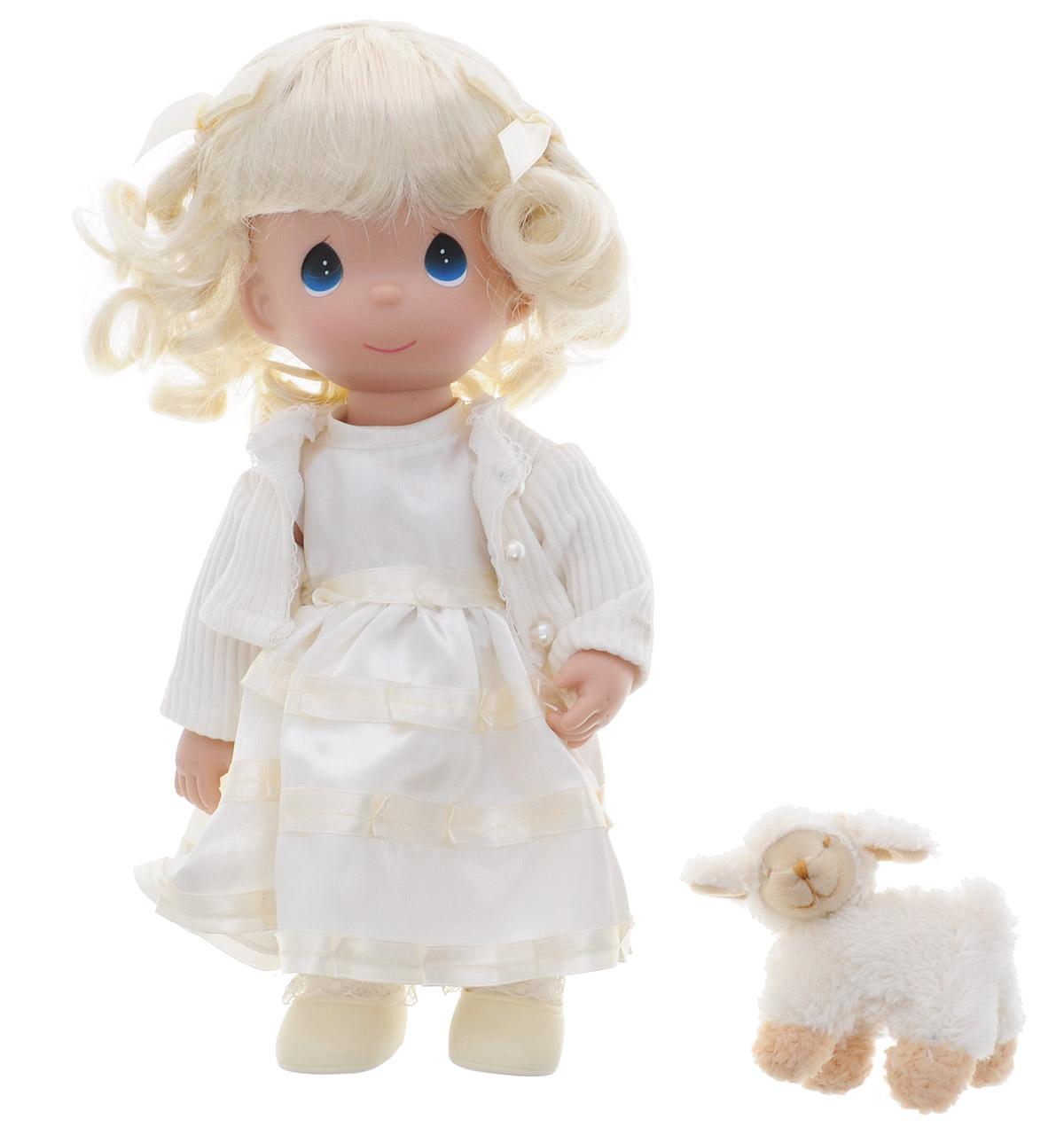 Precious Moments Кукла Сладкие сны блондинка4541Коллекция кукол Precious Moments ростом выше 30 см насчитывает на сегодняшний день более 600 видов. Куклы изготавливаются из качественного, безопасного материала и имеют пять базовых точек артикуляции. Каждый год в коллекцию добавляются все новые и новые модели. Каждая кукла имеет свой неповторимый образ и характер. Она может быть подарком на память о каком- либо событии в жизни. Куклы выполнены с любовью и нежностью, которую дарит нам известная волшебница - создатель кукол Линда Рик! Кукла Сладкие сны привлечет внимание вашей дочурки и станет для нее лучшей игрушкой. Кукла одета в светлое платье и кофточку, а на ногах - ботиночки. Прическа дополнена двумя атласными бантиками. В руке куколка держит мягкую игрушку в виде овечки. Одежда съемная. Игра с куклой разовьет в вашей малышке чувство ответственности и заботы. Порадуйте свою принцессу таким великолепным подарком!