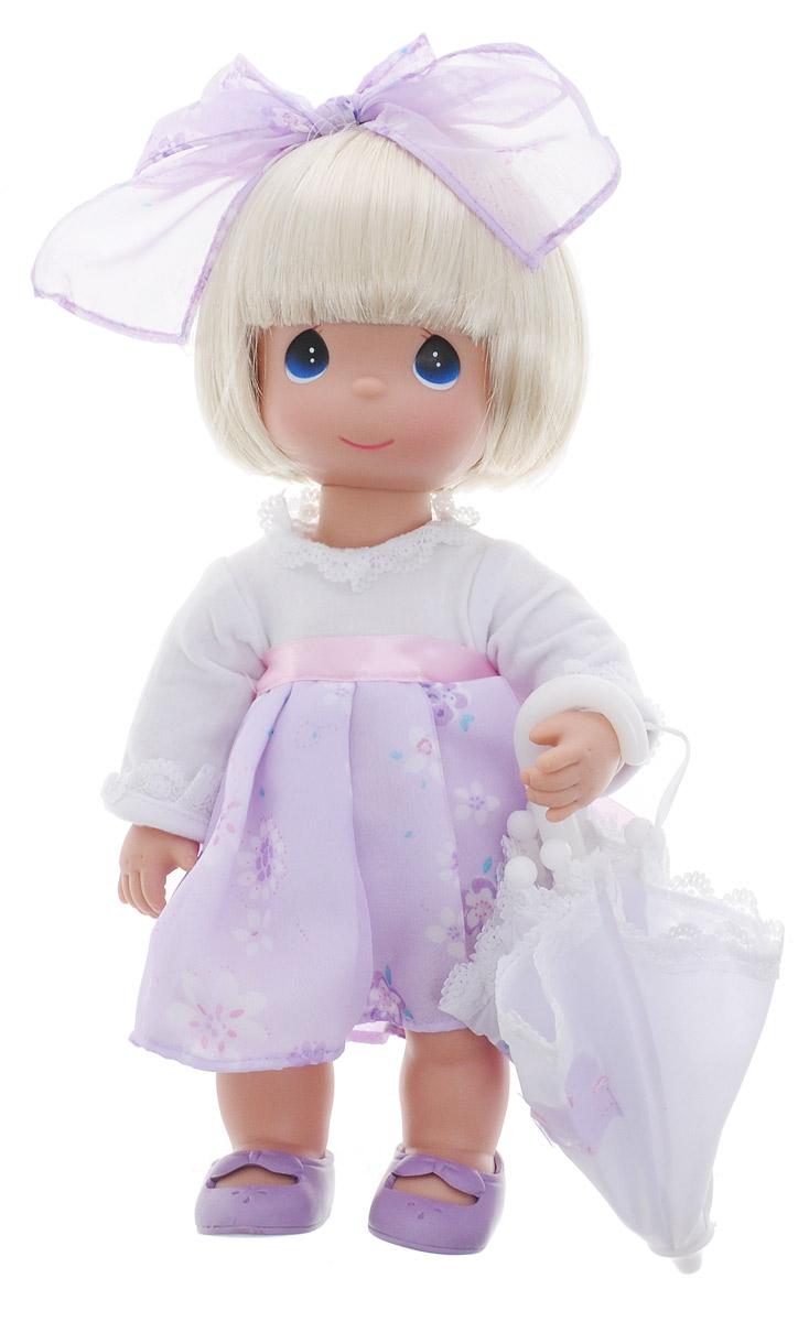 Precious Moments Кукла с зонтиком цвет волос светлый4783Коллекция кукол Precious Moments ростом выше 30 см насчитывает на сегодняшний день более 600 видов. Куклы изготавливаются из качественного, безопасного материала и имеют пять базовых точек артикуляции. Каждый год в коллекцию добавляются все новые и новые модели. Каждая кукла имеет свой неповторимый образ и характер. Она может быть подарком на память о каком- либо событии в жизни. Куклы выполнены с любовью и нежностью, которую дарит нам известная волшебница - создатель кукол Линда Рик! Кукла с зонтиком Precious Moments станет лучшей игрушкой вашей дочурки! Куколка одета в очаровательное платье, на ножках - сиреневые ботиночки. В наборе с куклой имеется зонтик. Вся одежда куклы съемная. Кукла научит ребенка взаимодействовать с окружающими, а также поспособствует развитию воображения, логики и тактильного восприятия. Порадуйте свою принцессу таким великолепным подарком!