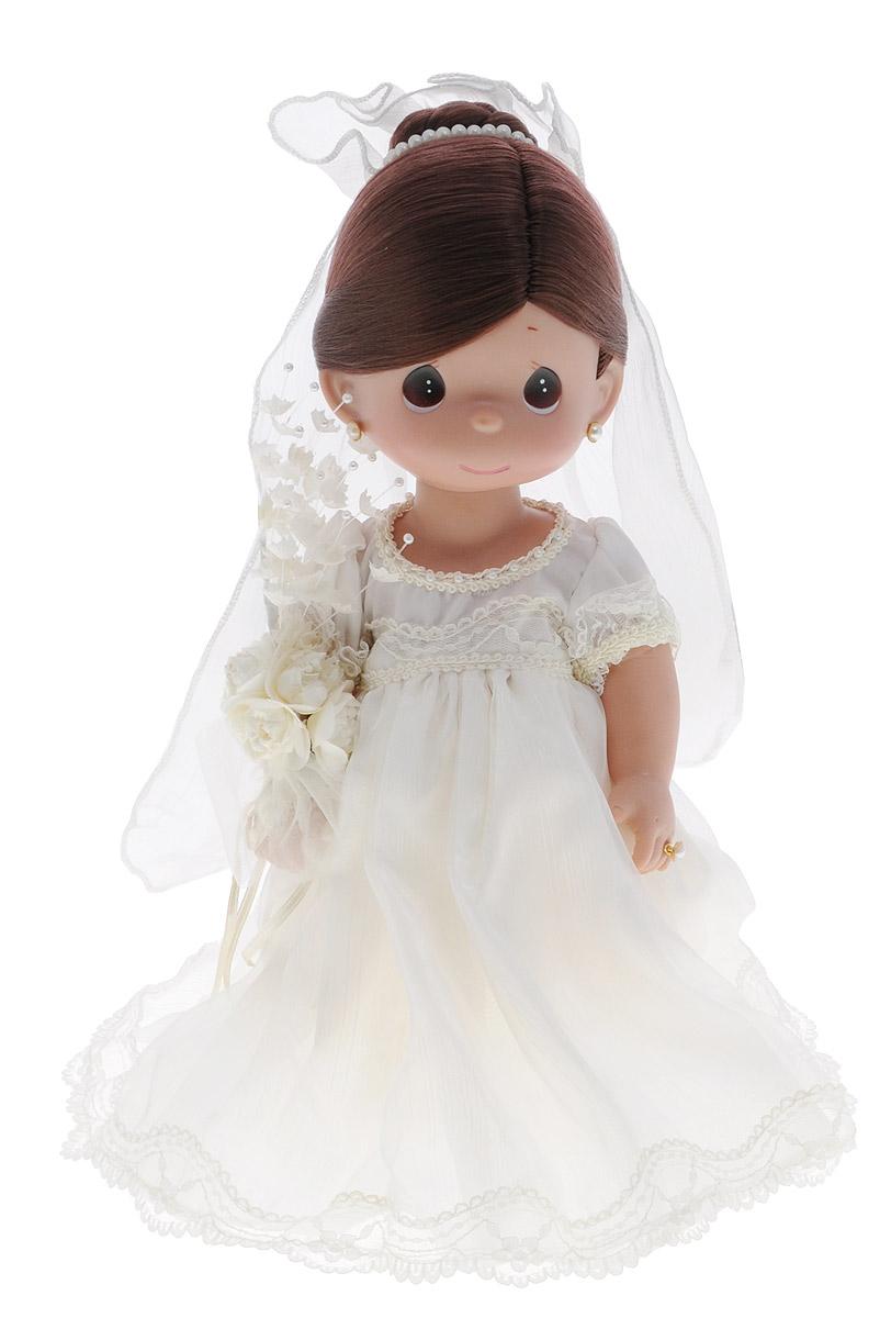 Precious Moments Кукла Зачарованные сны Невеста брюнетка4637Коллекция кукол Precious Moments ростом выше 30 см насчитывает на сегодняшний день более 600 видов. Куклы изготавливаются из качественного, безопасного материала и имеют пять базовых точек артикуляции. Каждый год в коллекцию добавляются все новые и новые модели. Каждая кукла имеет свой неповторимый образ и характер. Она может быть подарком на память о каком- либо событии в жизни. Куклы выполнены с любовью и нежностью, которую дарит нам известная волшебница - создатель кукол Линда Рик! Кукла Зачарованные сны. Невеста станет любимой игрушкой вашей малышки. Кукла одета в шикарное белое платье невесты, на ногах - ботиночки. В руке у куклы букет цветов. У куклы шикарные темные волосы, которые забраны вверх и украшены фатой. Дополнением к образу куколки служат серьги и колечко. На милом личике большие карие глаза. Одежда куклы съемная. Великолепное качество исполнения делают эту куколку чудесным подарком к любому празднику.