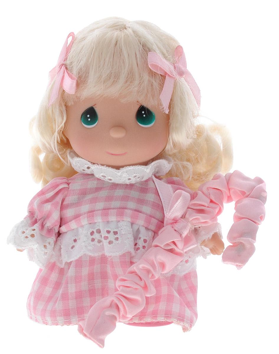 Precious Moments Мини-кукла Пастушка цвет платья розовый5397Какие же милые эти куколки Precious Moments. Создатель этих очаровательных крошек настоящая волшебница - Линда Рик - оживила свои творения, каждая кукла обрела свой милый и неповторимый образ. Эти крошки могут сопровождать вас в чудесных странствиях и сделать каждый момент вашей жизни незабываемым! Мини-кукла Пастушка одета в розовое платье с кружевами. Длинные светлые волосы украшены розовыми бантиками. Благодаря играм с куклой, ваша малышка сможет развить фантазию и любознательность, овладеть навыками общения и научиться ответственности. Порадуйте свою принцессу таким прекрасным подарком!