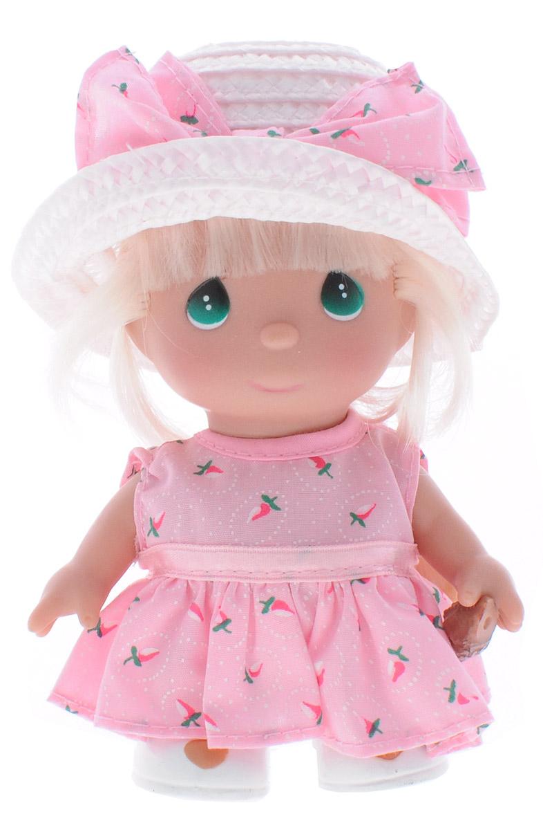 Precious Moments Мини-кукла Июнь5368Какие же милые эти куколки Precious Moments. Создатель этих очаровательных крошек настоящая волшебница - Линда Рик - оживила свои творения, каждая кукла обрела свой милый и неповторимый образ. Эти крошки могут сопровождать вас в чудесных странствиях и сделать каждый момент вашей жизни незабываемым! Мини-кукла Июнь одета в розовое платье и белую шляпку. Длинные светлые волосы куклы заплетены в тугую косу. В руке у куклы ракушка. У девочки большие зеленые глаза. Благодаря играм с куклой, ваша малышка сможет развить фантазию и любознательность, овладеть навыками общения и научиться ответственности. Порадуйте свою принцессу таким прекрасным подарком!