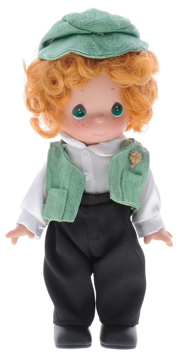 Precious Moments Кукла Кайл Ирландия3471Коллекция кукол Precious Moments насчитывает на сегодняшний день более 600 видов. Куклы изготавливаются из качественного, безопасного материала и имеют пять базовых точек артикуляции. Каждый год в коллекцию добавляются все новые и новые модели. Каждая кукла имеет свой неповторимый образ и характер. Она может быть подарком на память о каком-либо событии в жизни. Куклы выполнены с любовью и нежностью, которую дарит нам известная волшебница - создатель кукол Линда Рик! Коллекционная кукла Кайл (Ирландия) с рыжими волосами выполнена в виде мальчика, одетого в национальную ирландскую мужскую одежду: белую рубашку, черные брюки и зеленый жилет. На голове Кайла - зеленая кепочка. У куклы милое личико с большими зелеными глазами. Вся одежда съемная. Кукла научит ребенка взаимодействовать с окружающими, а также поспособствует развитию воображения, логики и тактильного восприятия. Кукла станет отличным подарком для девочки, а также ценным экспонатом любой коллекции кукол.