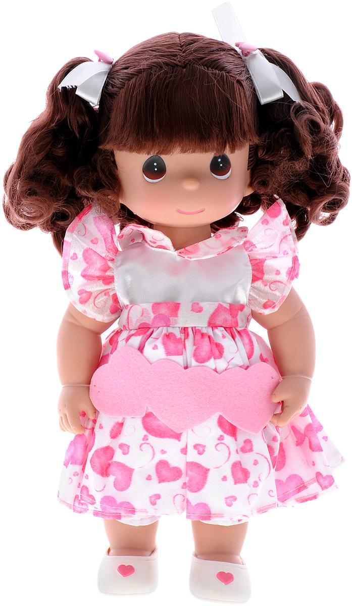 Precious Moments Кукла Сердце брюнетка4526Коллекция кукол Precious Moments ростом выше 30 см насчитывает на сегодняшний день более 600 видов. Куклы изготавливаются из качественного, безопасного материала и имеют пять базовых точек артикуляции. Каждый год в коллекцию добавляются все новые и новые модели. Каждая кукла имеет свой неповторимый образ и характер. Она может быть подарком на память о каком- либо событии в жизни. Куклы выполнены с любовью и нежностью, которую дарит нам известная волшебница - создатель кукол Линда Рик! Кукла Сердце станет отличным подарком для любой девочки на день рождения или другой праздник. Кукла одета в бело-розовое платье, украшенное принтом в виде сердец, а на ногах - светлые туфельки. Темные волосы убраны в два хвостика. На милом личике большие карие глаза. Вся одежды куклы съемная. Игры с куклой способствуют эмоциональному развитию ребенка, а также помогают формировать воображение и художественный вкус. Порадуйте свою принцессу таким великолепным ...