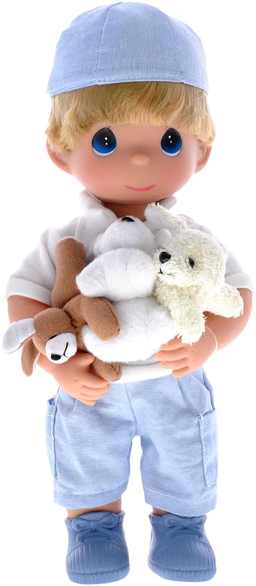 Precious Moments Кукла Мальчик и щенки4652Коллекция кукол Precious Moments ростом выше 30 см насчитывает на сегодняшний день более 600 видов. Куклы изготавливаются из качественного, безопасного материала и имеют пять базовых точек артикуляции. Каждый год в коллекцию добавляются все новые и новые модели. Каждая кукла имеет свой неповторимый образ и характер. Она может быть подарком на память о каком-либо событии в жизни. Куклы выполнены с любовью и нежностью, которую дарит нам известная волшебница - создатель кукол Линда Рик! Кукла Мальчик одета в голубые штаны и белую футболку, на ногах - синие ботинки. На голове куклы - голубая бейсболка. Вся одежда у куклы съемная. В руках малыш держит трех щенков. Игра с куклой разовьет в вашей малышке чувство ответственности и заботы. Порадуйте свою принцессу таким великолепным подарком!