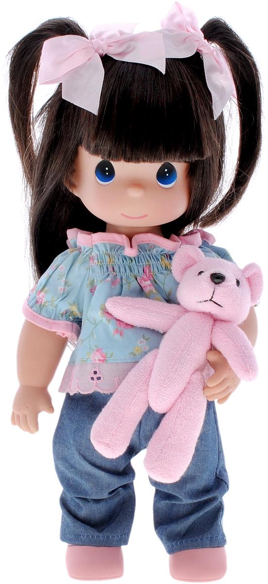 Precious Moments Кукла Мои объятия тебе4633Коллекция кукол Precious Moments ростом выше 30 см насчитывает на сегодняшний день более 600 видов. Куклы изготавливаются из качественного, безопасного материала и имеют пять базовых точек артикуляции. Каждый год в коллекцию добавляются все новые и новые модели. Каждая кукла имеет свой неповторимый образ и характер. Она может быть подарком на память о каком-либо событии в жизни. Куклы выполнены с любовью и нежностью, которую дарит нам известная волшебница - создатель кукол Линда Рик! Кукла Мои объятия тебе одета в джинсы, легкую кофточку и розовые туфли. У куклы длинные темные волосы, украшенные двумя розовыми бантиками, и большие синие глаза. Одежда у куклы съемная. В руках девочка держит мягкую игрушку. Игра с куклой разовьет в вашей малышке чувство ответственности и заботы. Порадуйте свою принцессу таким великолепным подарком!